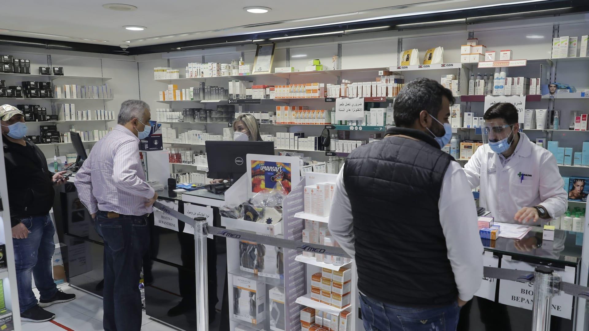 لبنانيون يشترون الأدوية من صيدلية في العاصمة اللبنانية بيروت، في 2  فبراير 2021