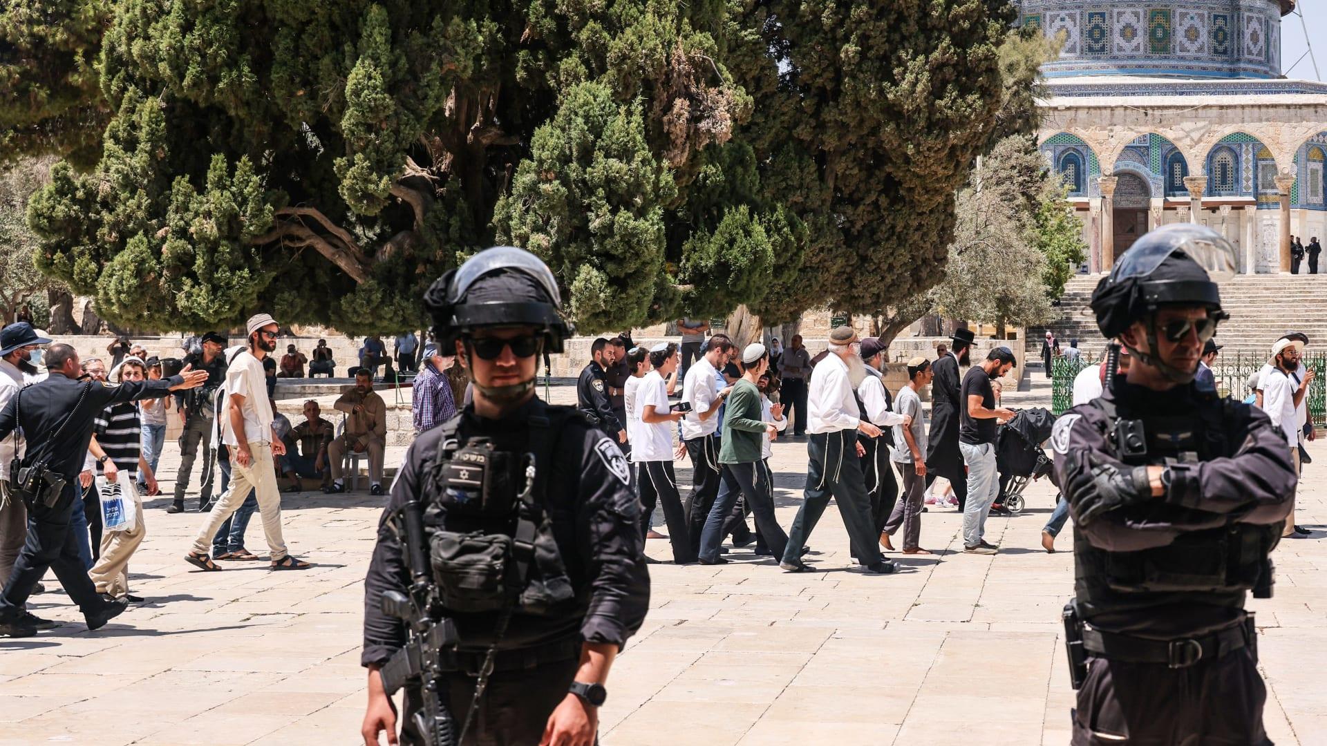 عناصر من قوات الأمن الإسرائيلية يقفون في حراسة، مع دخول مجموعة من اليهود الأرثوذكس إلى الحرم القدسي الأقصى في القدس، خلال صيام تيشا باف السنوي (التاسع من أغسطس/ آب)، إحياءً لذكرى تدمير المعابد اليهودية القديمة. قبل 2000 سنة