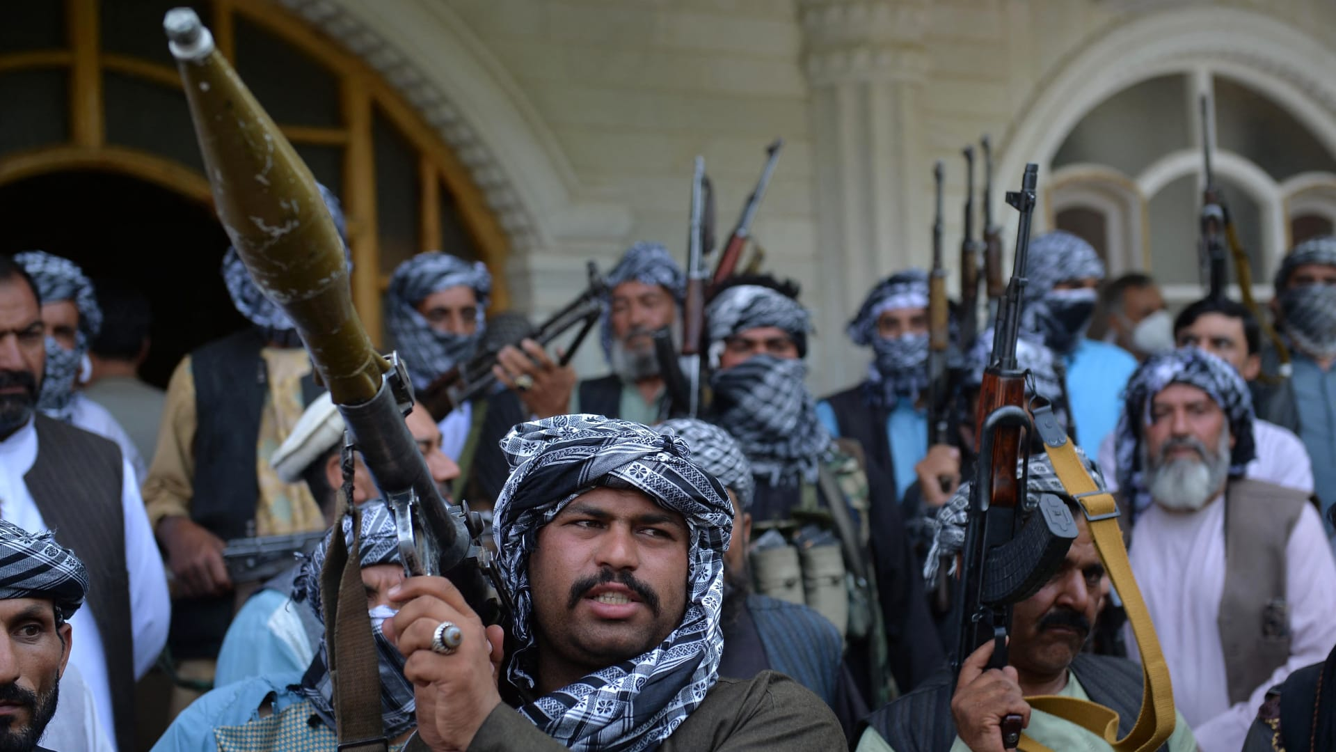 كاميرا CNN ترصد حصار قندهار من قاعة حفلات زفاف تحولت لجبهة قتال أمامية ضد طالبان