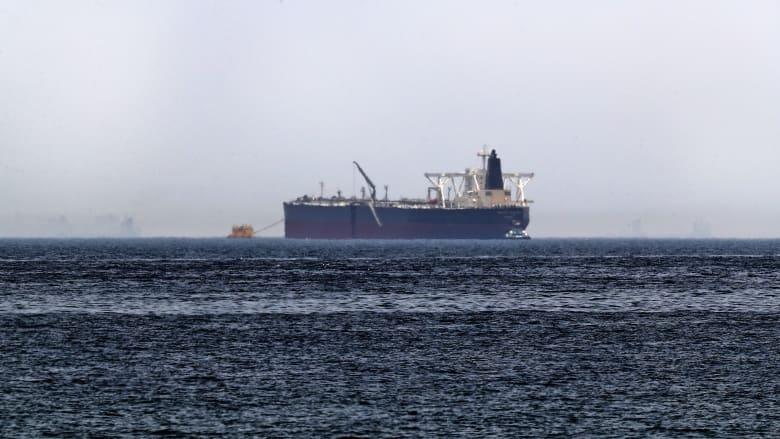 """صورة تم التقاطها في 13 مايو 2019، تظهر ناقلة النفط الخام أمجد، والتي كانت واحدة من ناقلتين سعوديتين تعرضتا لأضرار في """"هجمات تخريبية"""" غامضة، قبالة سواحل إمارة الفجيرة الخليجية."""