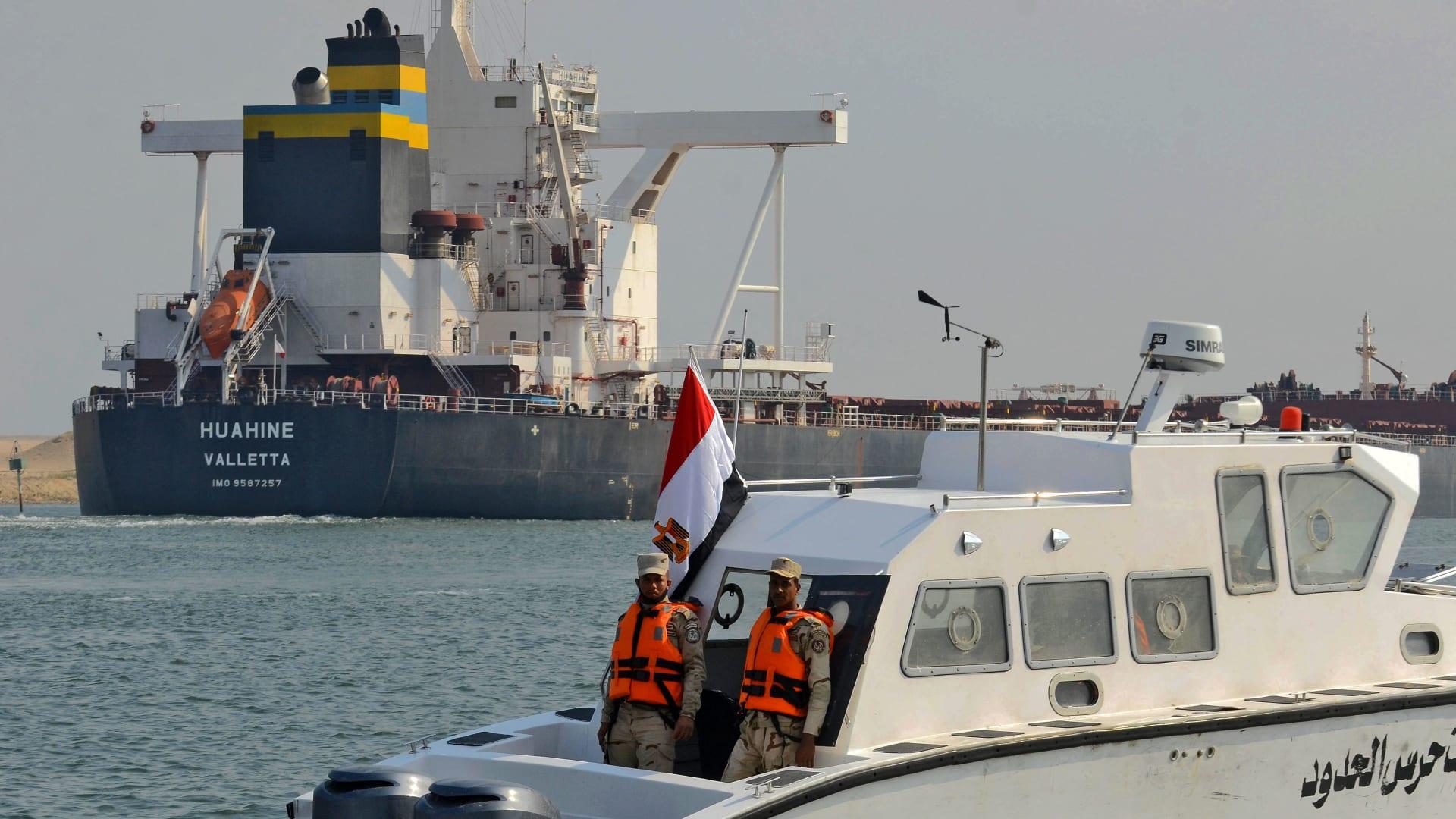 تكدس قناة السويس انتهى .. جميع السفن العالقة البالغ عددها 422 عبرت الممر الملاحي
