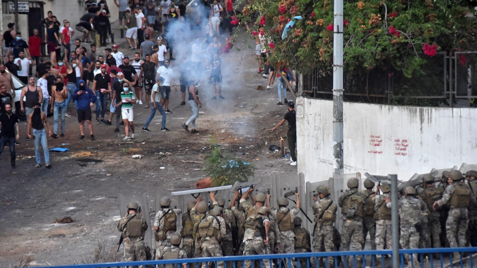 العاصمة بيروت في 15 يوليو / تموز 2021 - جنود لبنانيون يطلقون الرصاص المطاطي وسط اشتباكات مع أنصار رئيس الوزراء اللبناني المكلف سعد الحريري بعد اعتذاره عن تشكيل حكومة