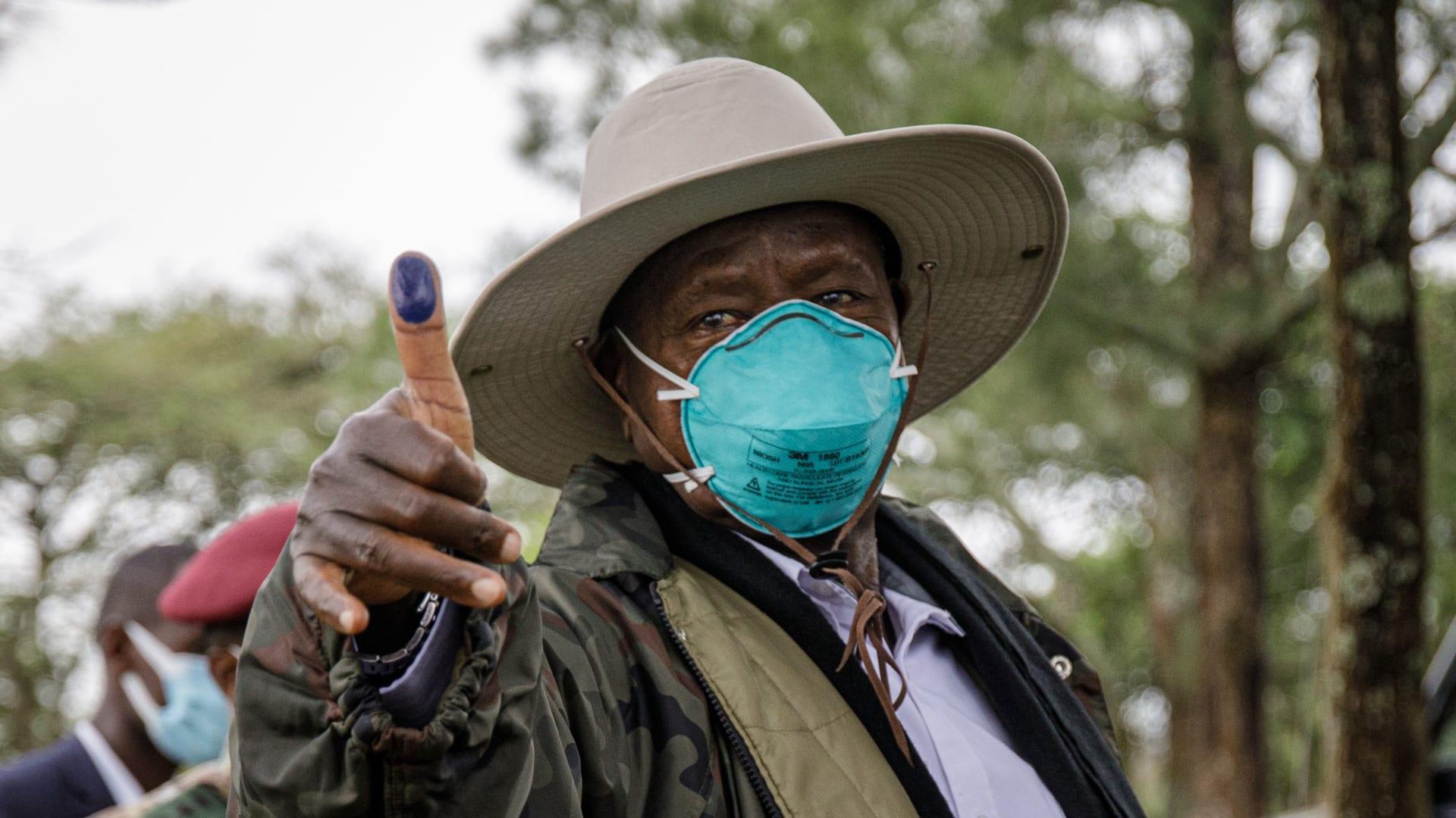 فوز الرئيس الأوغندي يوري موسيفيني بولاية سادسة.. ووضع منافسه تحت الإقامة الجبرية