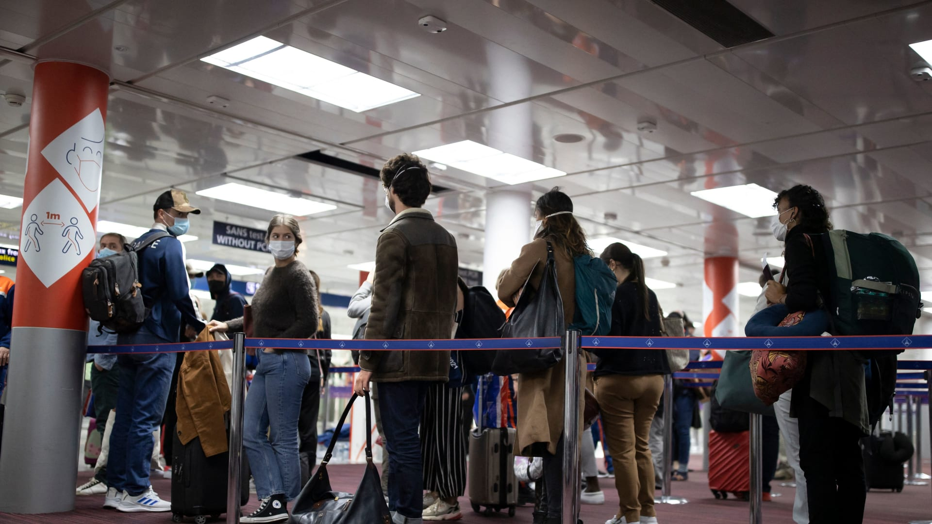 المسافرون في منطقة مراقبة جوازات السفر بمطار رواسي شارل ديغول في رواسي - 25 أبريل/نيسان