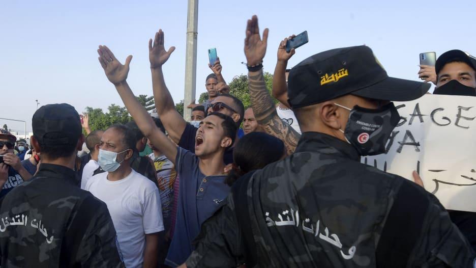 الرئيس التونسي يقيل رئيس الوزراء.. وتجمعات حاشدة أمام البرلمان