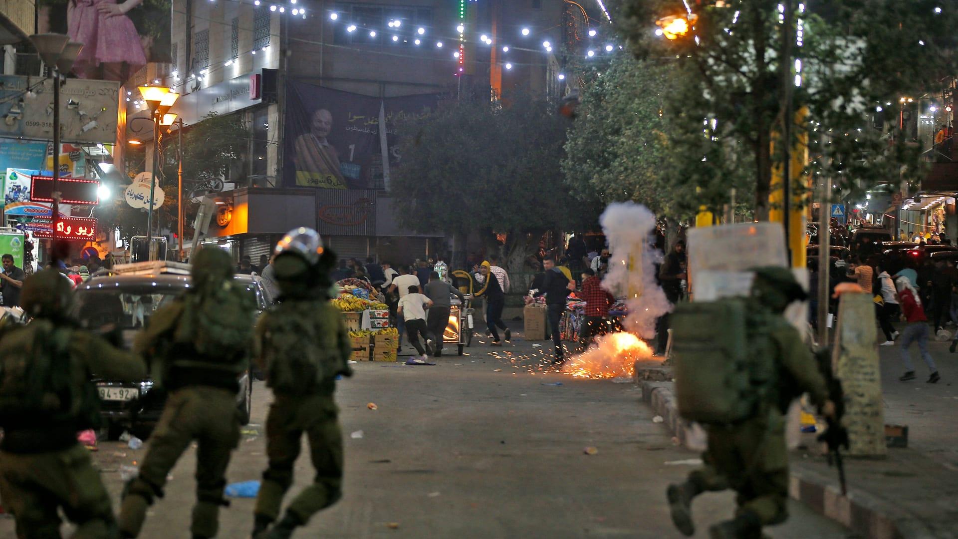 اشتباكات بين فلسطينيين وقوات الأمن الإسرائيلية في وسط مدينة الخليل بالضفة الغربية