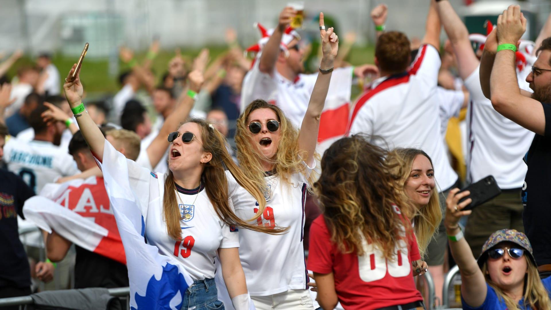 غنى مشجعو إنجلترا النشيد الوطني قبل الانطلاق في 4TheFans Fan Park في Event City حيث تلعب إنجلترا مع ألمانيا للحصول على مكان في ربع نهائي Euro 2020 في 29 يونيو 2021 في مانشستر، المملكة المتحدة.
