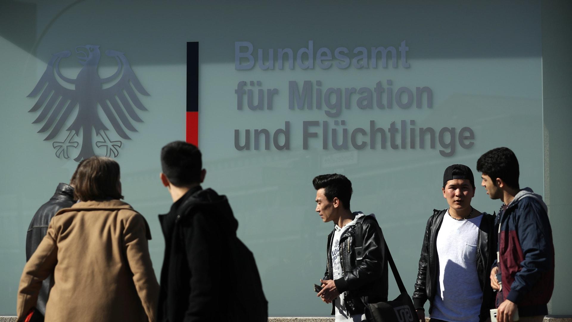 شباب من أفغانستان كانوا يصلون للمشاركة في مظاهرة ضد عمليات الترحيل يتجمعون بالقرب من المكتب الفيدرالي للمهاجرين واللاجئين في 27 مارس 2017 في برلين