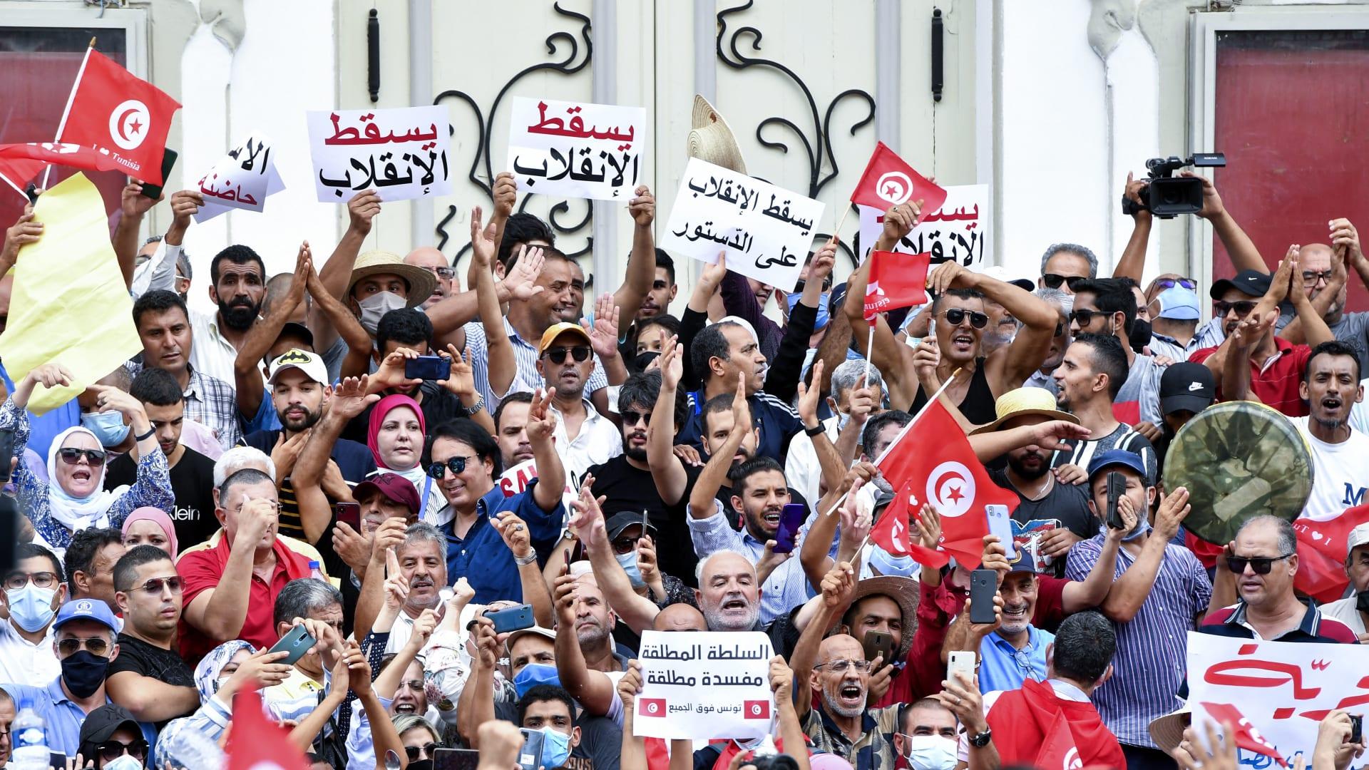 تونسيون يرددون هتافات ضد الرئيس قيس سعيد خلال احتجاج في العاصمة تونس في 18 سبتمبر 2021