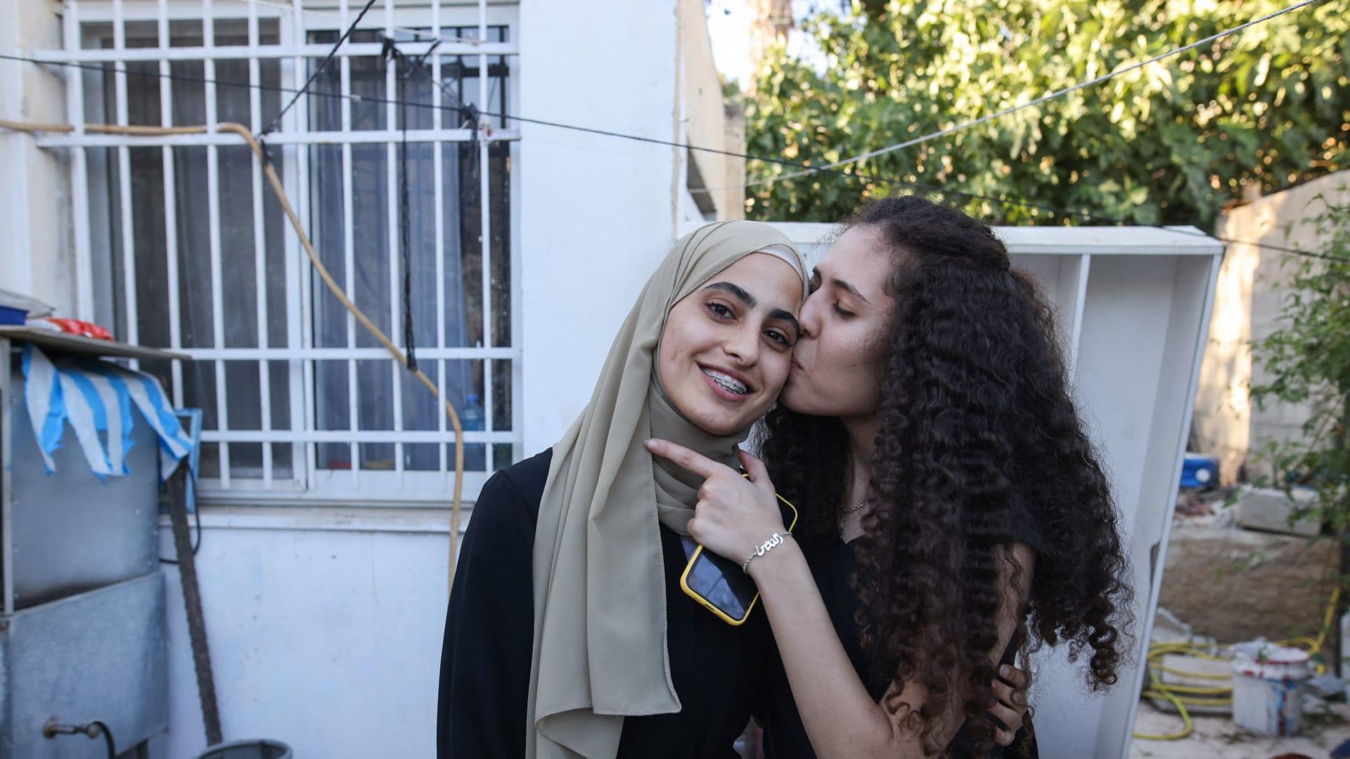 شاهد لحظة اعتقال الناشطة الفلسطينية منى الكرد من منزلها في القدس