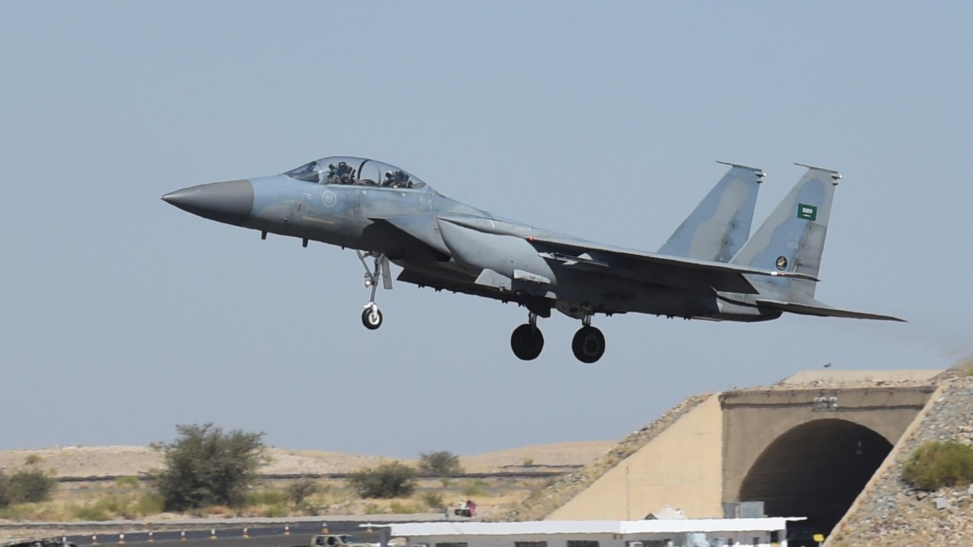 طائرة مقاتلة سعودية من طراز F-15 تهبط في قاعدة خميس مشيط الجوية العسكرية، في 16 نوفمبر 2015