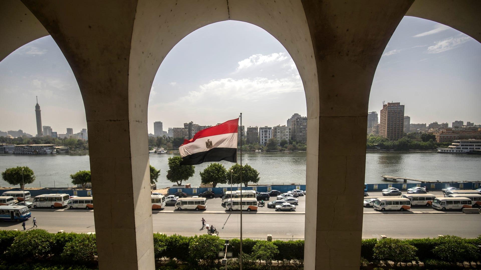 على مصر يرفرف في مبنى وزارة الخارجية المصرية المُطل على نهر النيل بالقاهرة