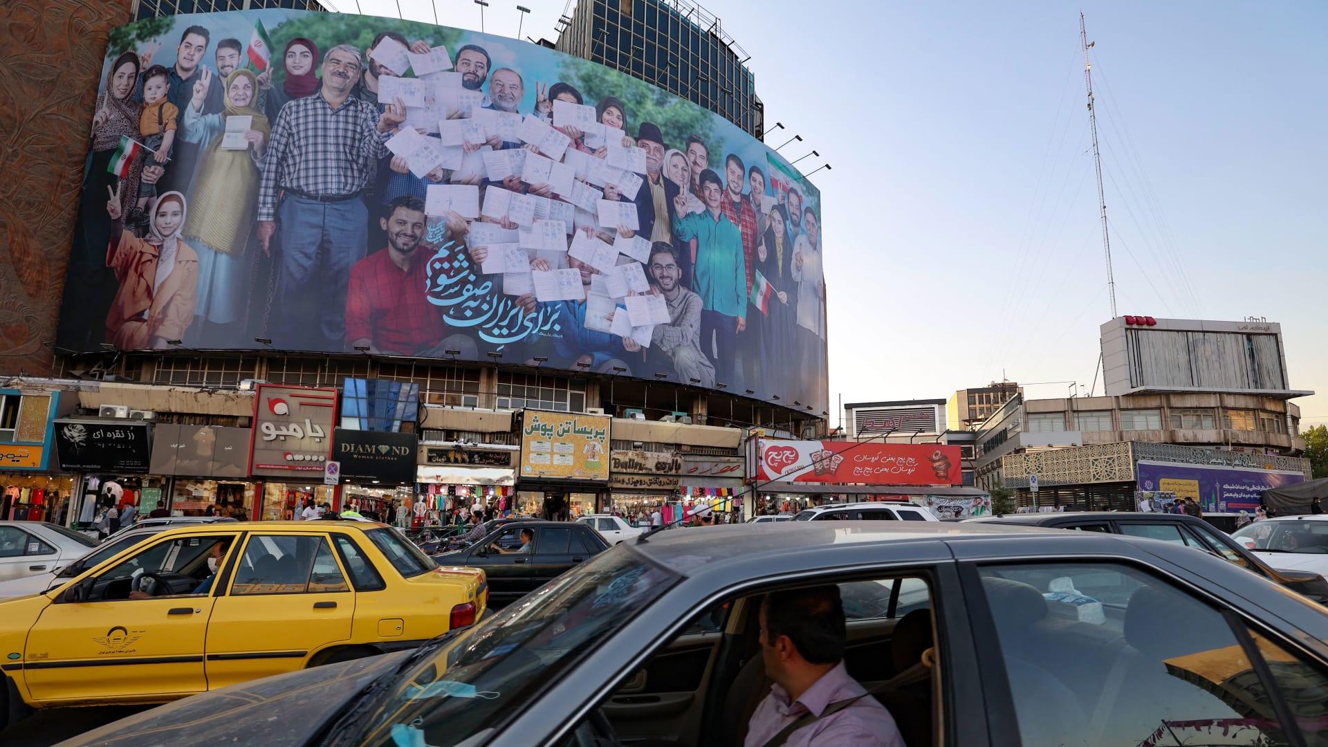 لوحة إعلانية للمشاركة بالتصويت في الانتخابات الإيرانية
