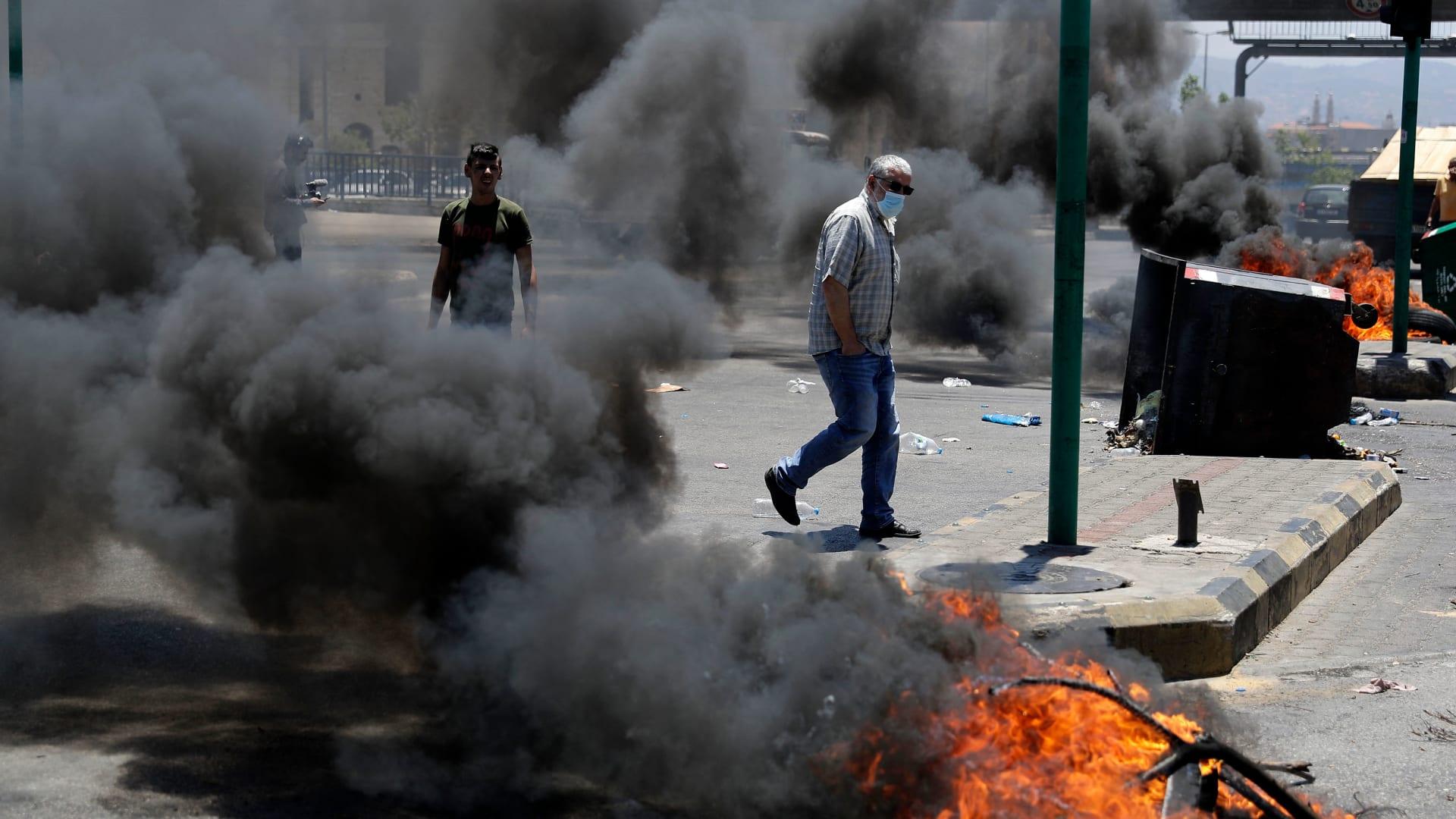 متظاهرون لبنانيون يغلقون الشوارع في بيروت بإطارات محترقة احتجاجا على تدهور الوضع الاقتصادي في البلاد، 17 يونيو 2021