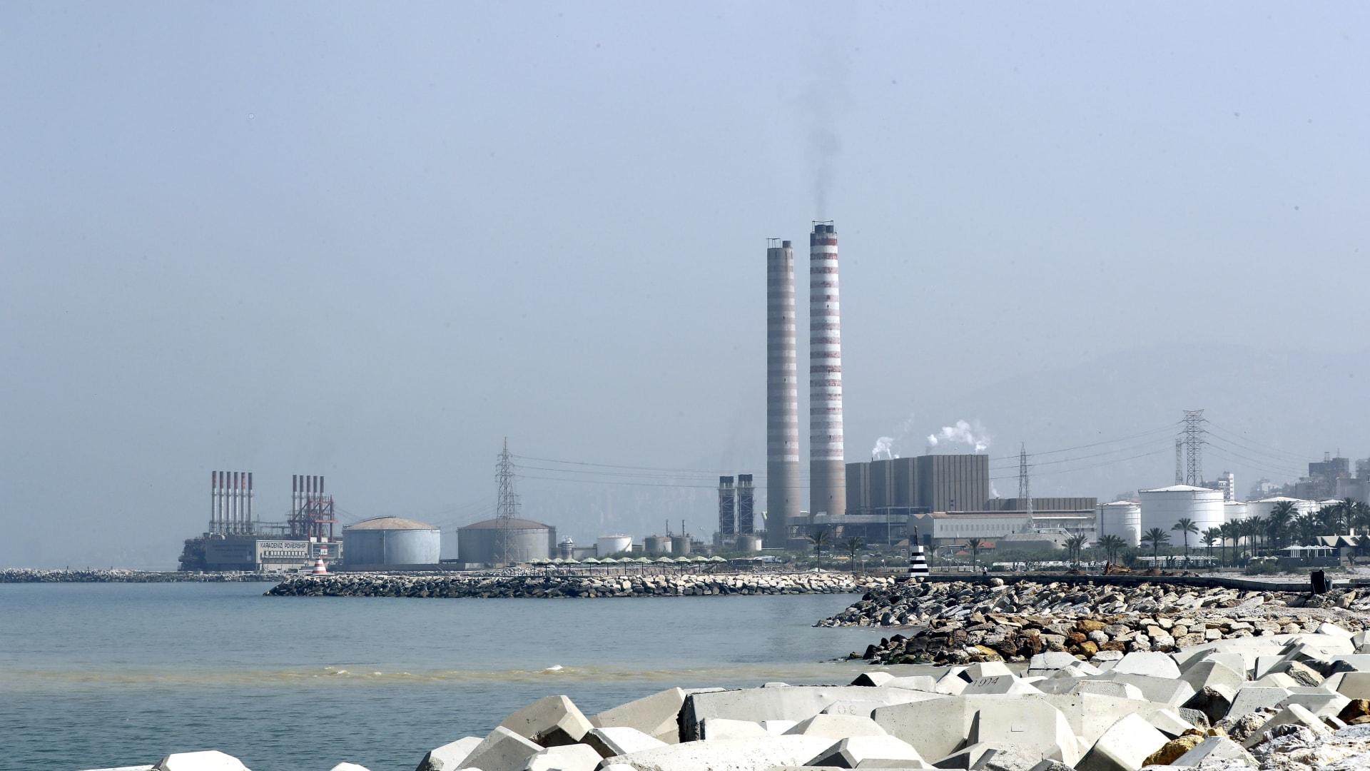 شوهدت محطة الطاقة التركية العائمة كارادينيز فاتماجول (يسار) بجوار محطة كهرباء شمال العاصمة بيروت، في 9 أبريل 2019.