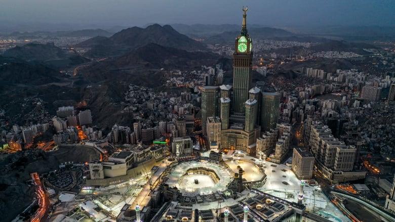"""أكاديمي ينتقد تصميم المباني المحيطة بالحرم المكي ويهاجم الحكومة السعودية: ذوق لاس فيغاس """"المبتذل"""" في مكة"""
