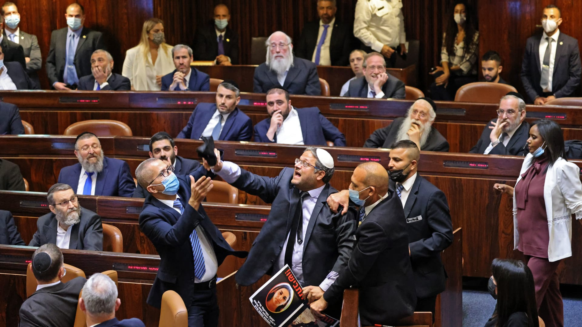 شاهد.. لحظة مقاطعة خطاب بينيت.. وطرد حلفاء نتنياهو من الكنيست