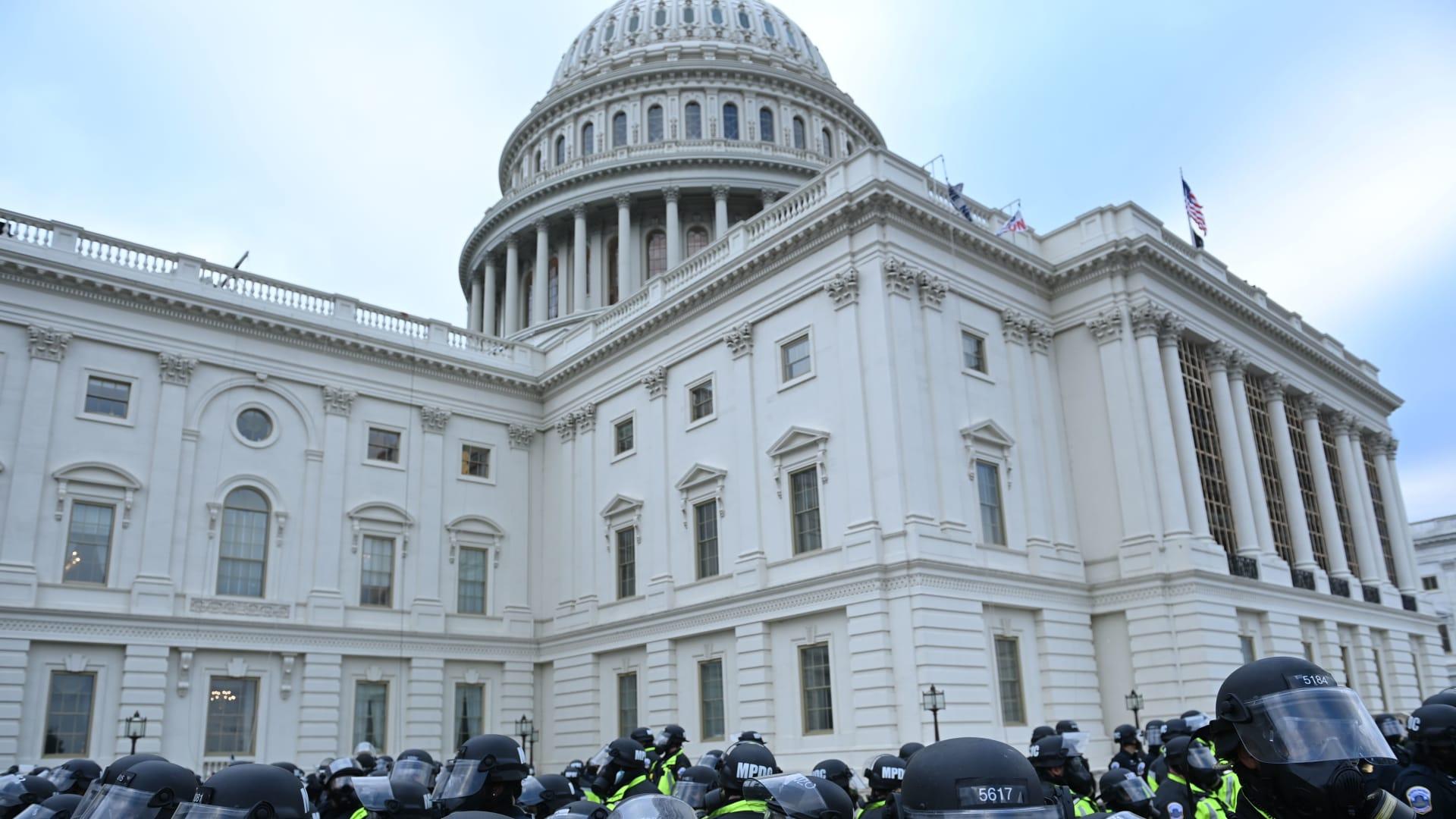 اقتحام الكونغرس: إليك الشخصيات التي اعتقلت للآن.. ومحاولة قتل بيلوسي