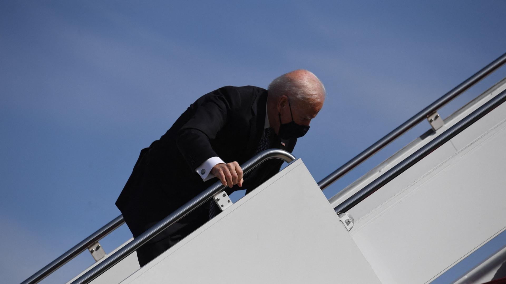 البيت الأبيض يكشف حالة بايدن بعد تعثره على سلم طائرة الرئاسة: وقع بسبب الرياح