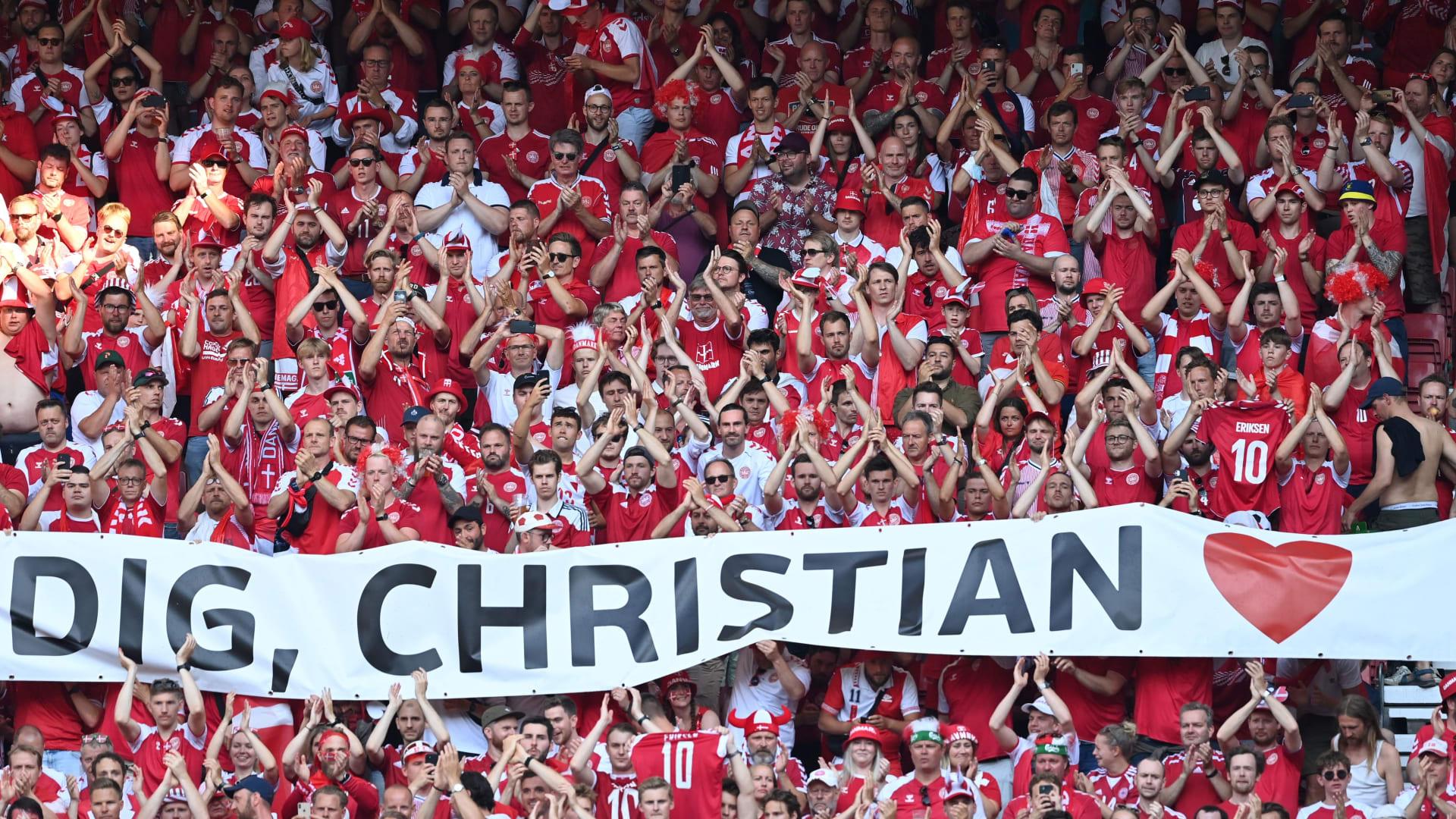 الجماهير في تكريم كريستيان إريكسن خلال مباراة الدنمارك وبلجيكا