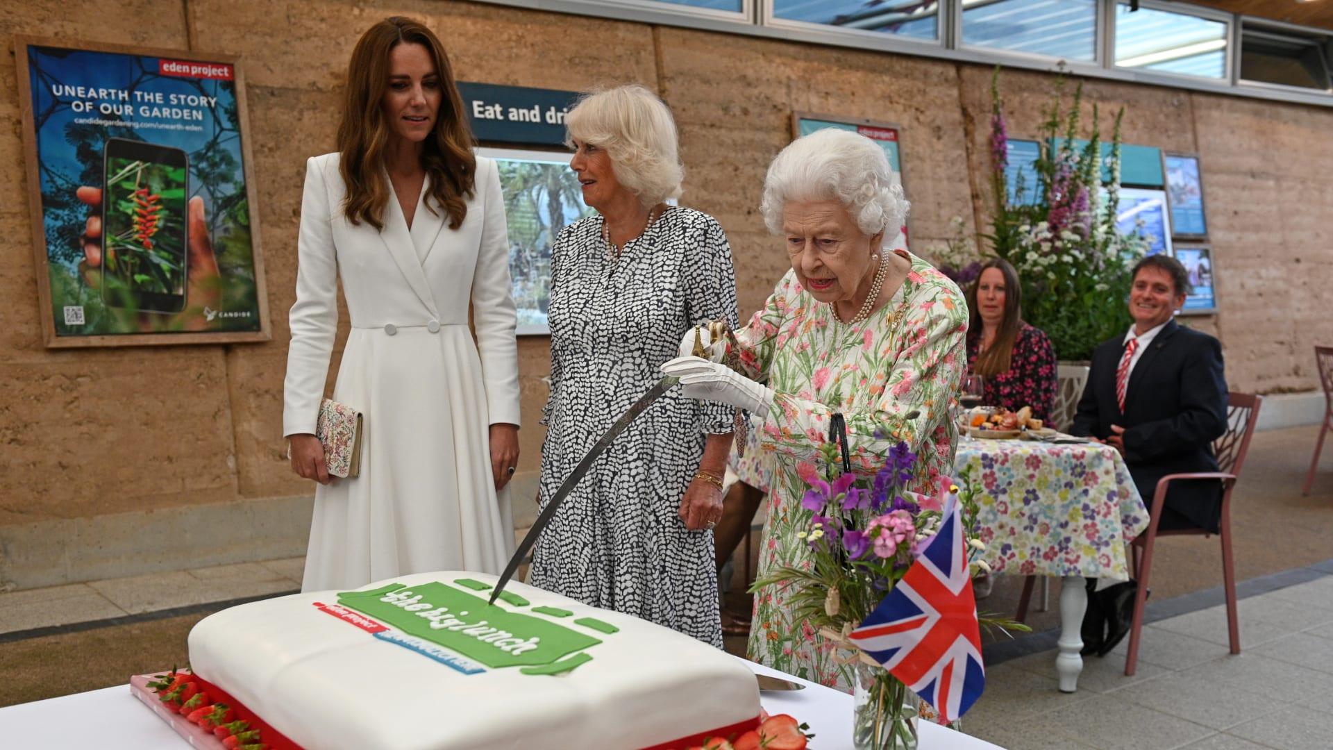 حاولت الملكة إليزابيث الثانية قطع كعكة بالسيف للاحتفال بمبادرة The Big Lunch في The Eden Project خلال قمة مجموعة السبع في 11 يونيو 2021 في سانت أوستل بكورنوال