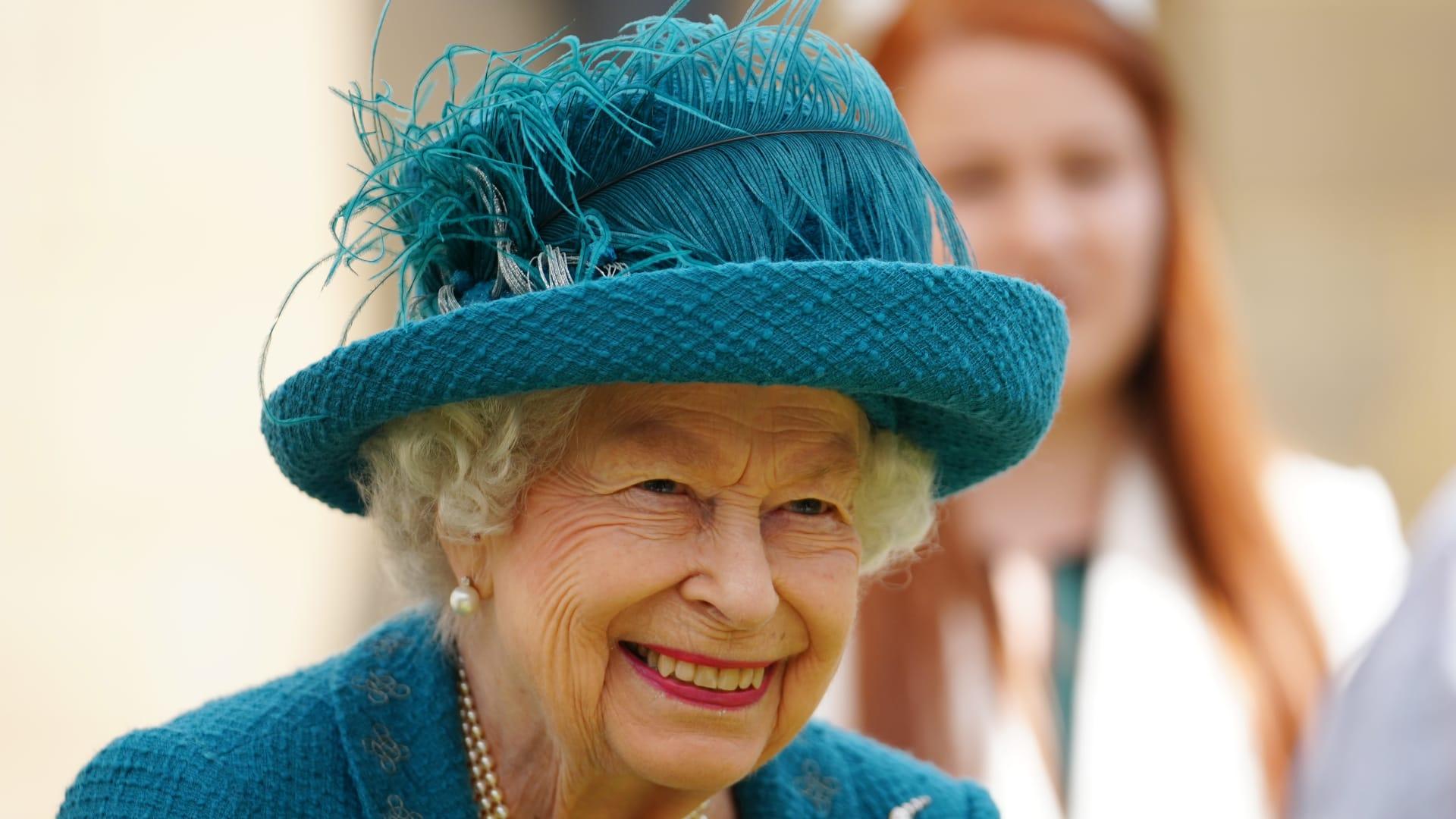الملكة إليزابيث الثانية خلال زيارتها كاتدرائية مانشستر في 8 يوليو 2021