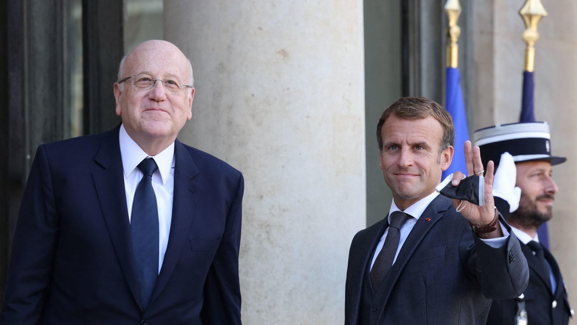 الرئيس الفرنسي، إيمانويل ماكرون مع رئيس الوزراء اللبناني نجيب ميقاتي في قصر الإليزيه