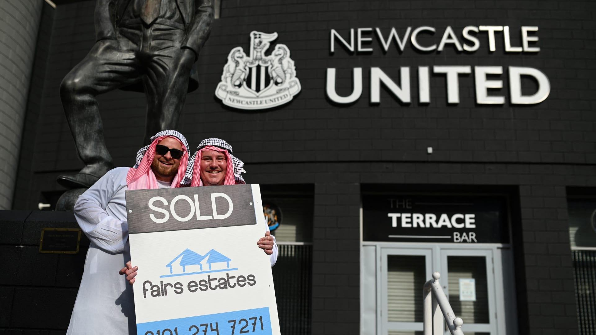 مشجعان لنادي نيوكاسل يونايتد يرتديان ملابس عربية، في 8 أكتوبر 2021
