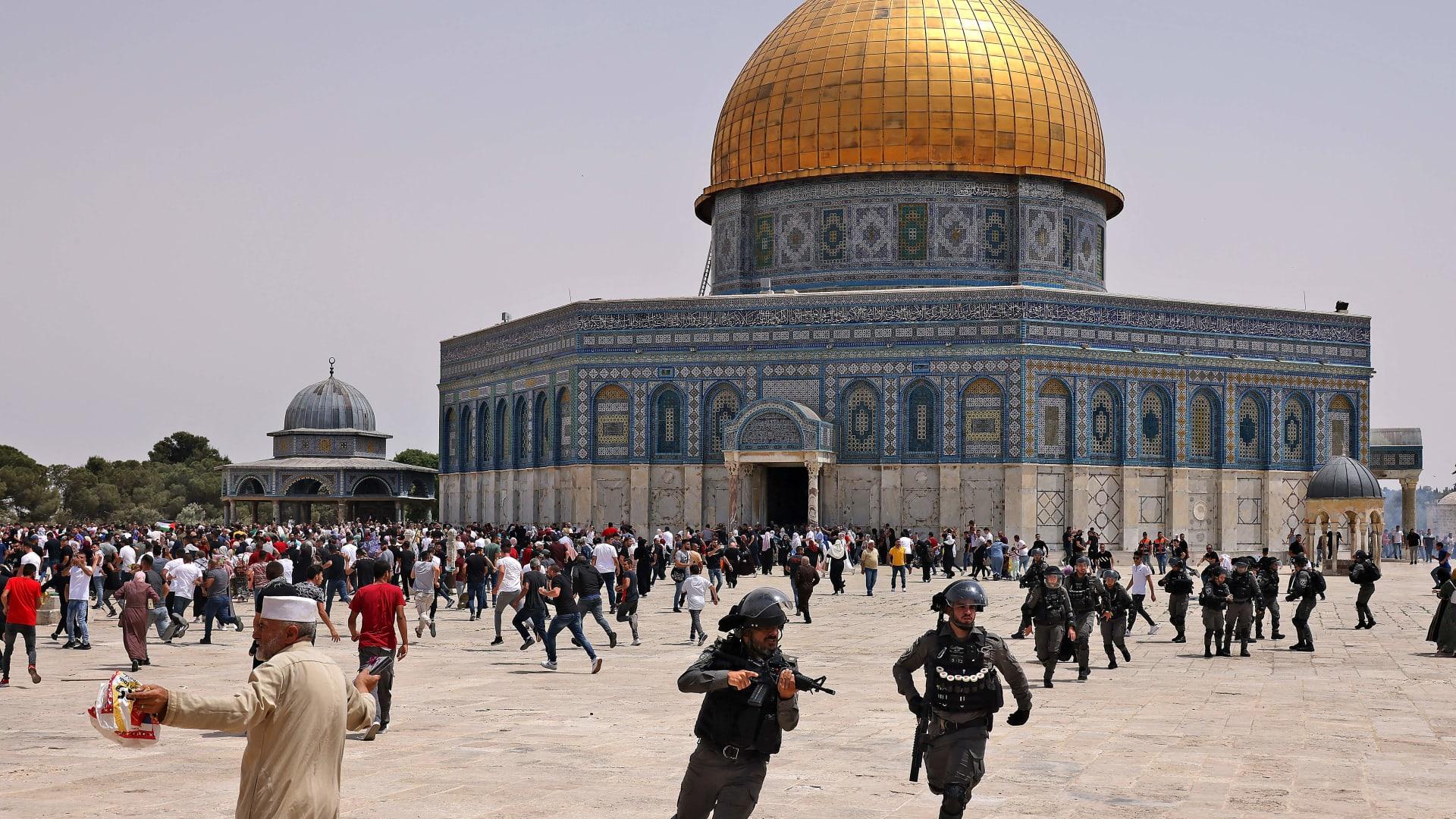 اشتباكات بين قوات الأمن الإسرائيلية ومصلين فلسطينيين مسلمين في المسجد الأقصى بالقدس في 21 مايو 2021