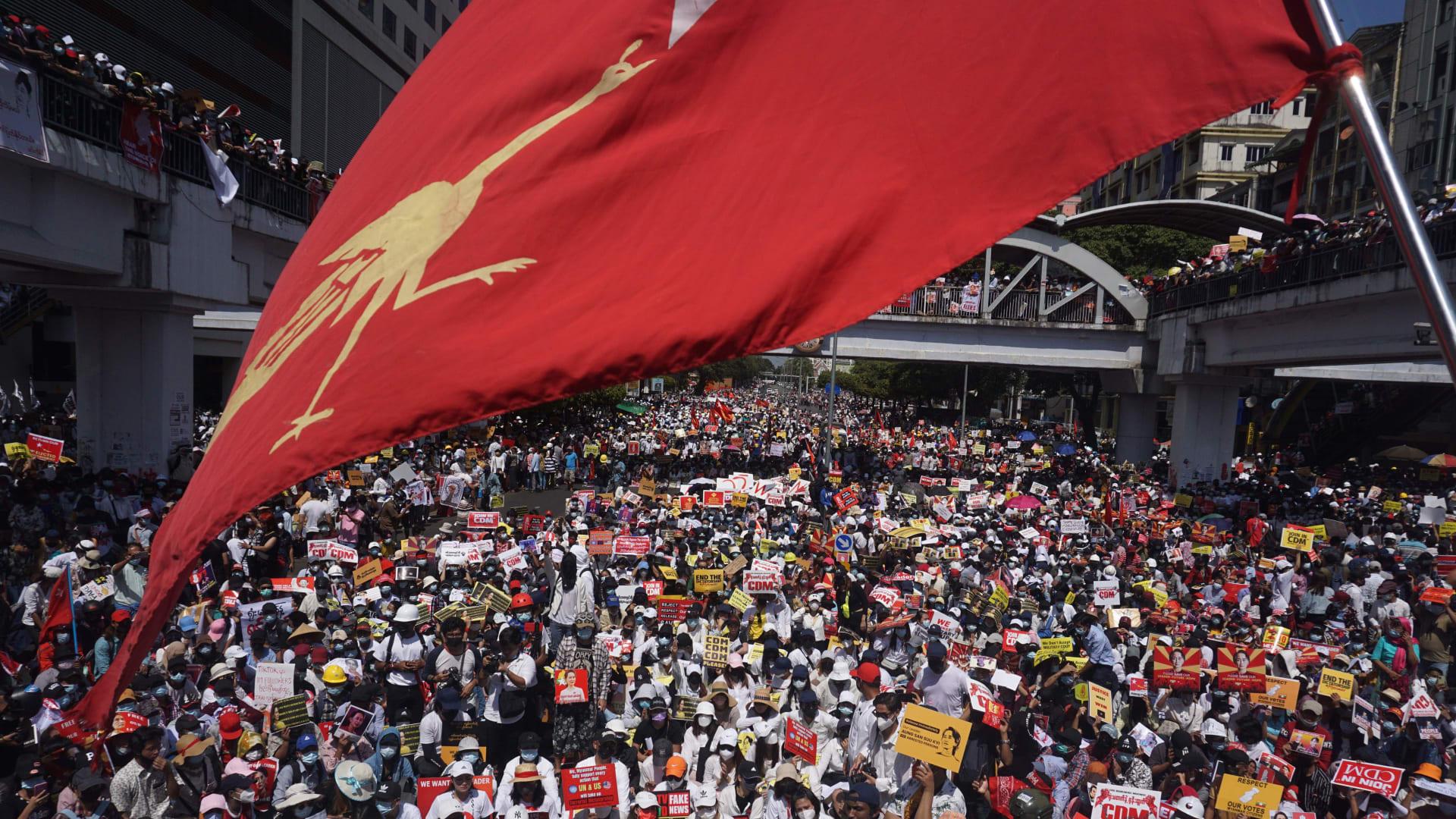 ميانمار على حافة الهاوية.. المتظاهرون يتمسكون بمواجهة الانقلاب العسكري ومخاوف من مذبحة