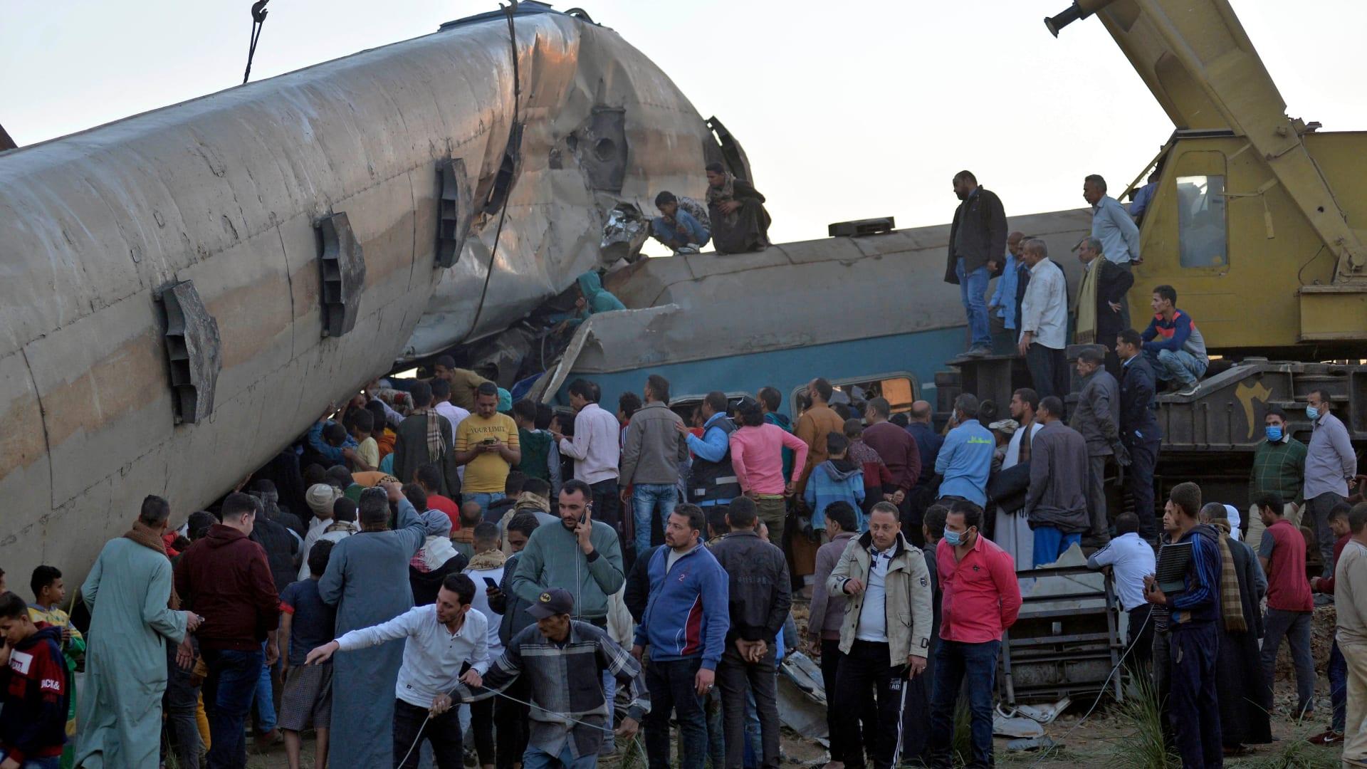 شاهد.. آثار حادث تصادم قطاري سوهاج في مصر
