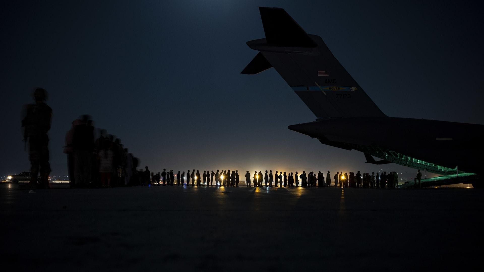 مطار كابول يستقبل أول رحلة باكستانية منذ انسحاب القوات الأمريكية.. فمن كان على متن الطائرة؟