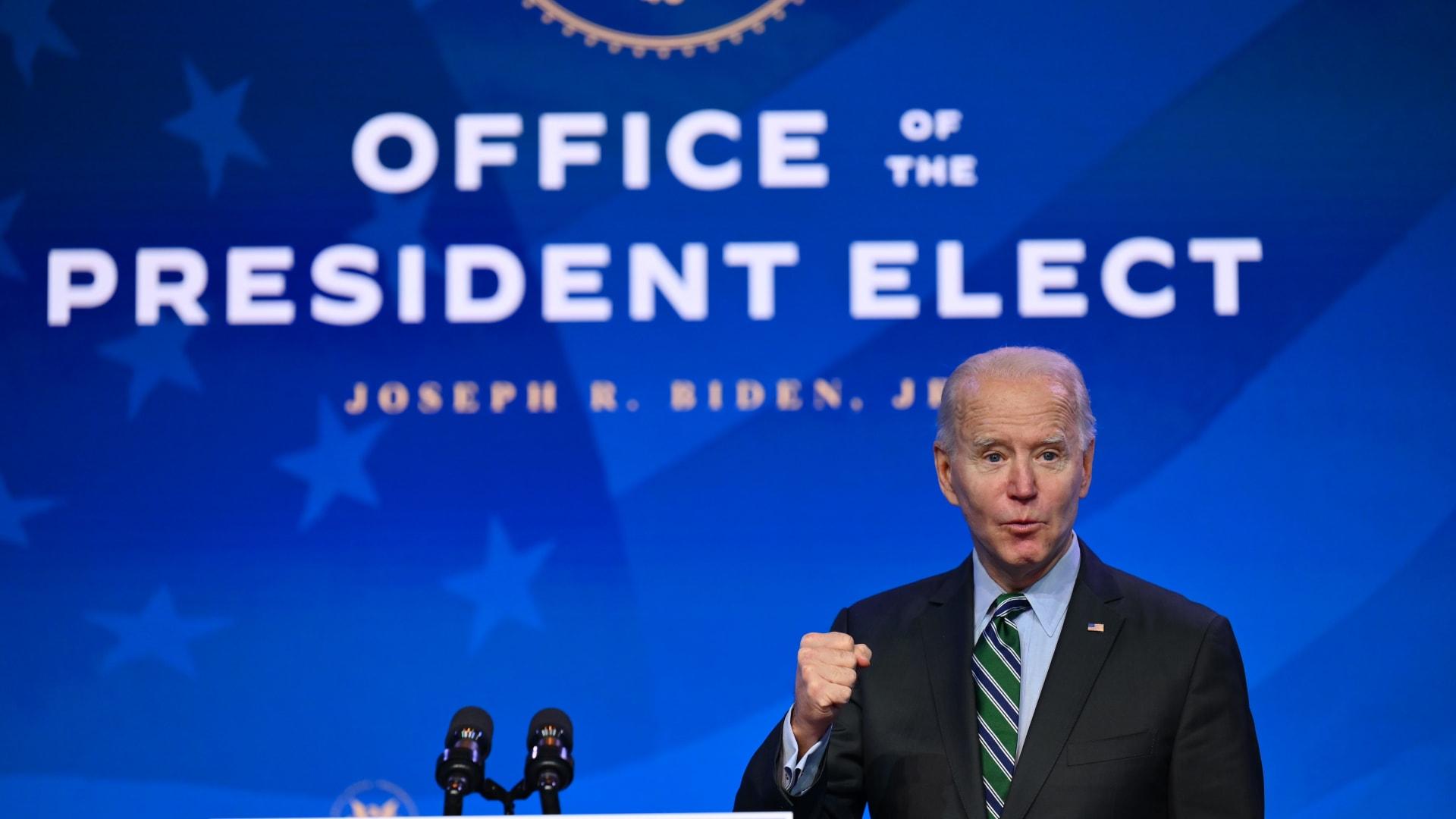 بايدن يخطط لأوامر تنفيذية في أولى أيام توليه الرئاسة تشمل إلغاء حظر المسلمين
