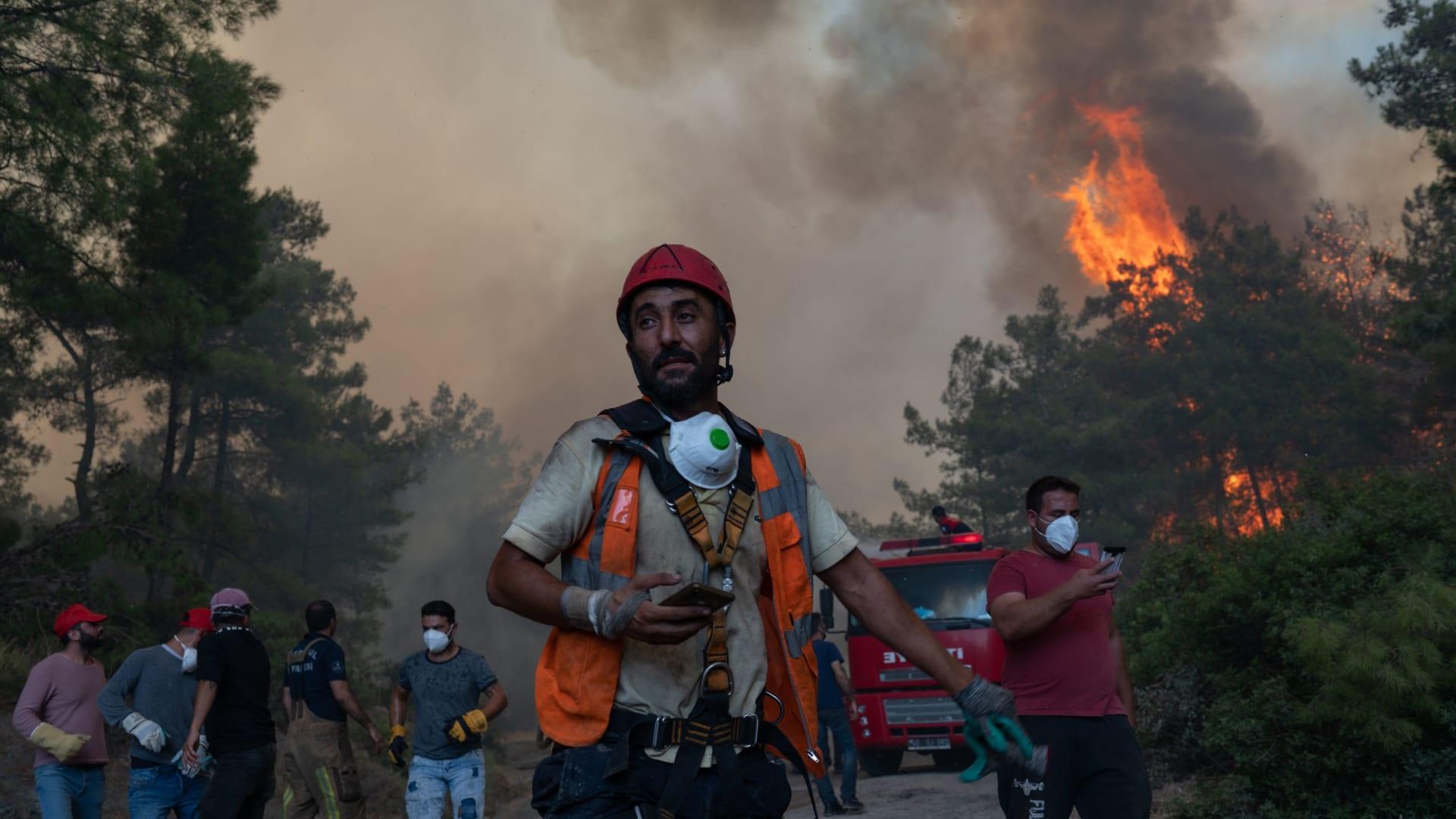 رجال الإطفاء يكافحون حريقًا هائلًا في موغلا بمنطقة مرماريس في تركيا - 2 أغسطس 2021