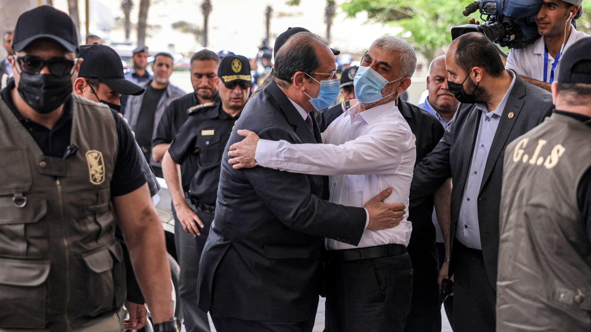 """رئيس المخابرات المصرية في غزة.. وحماس ترفض ربط """"تبادل الأسرى"""" بإعادة الإعمار"""