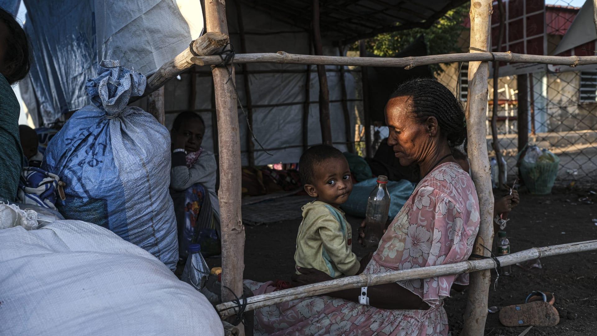 حمدايت، السودان - 5 ديسمبر 2020: لاجئون من منطقة تيغراي في إثيوبيا ينتظرون نقلهم إلى مخيم به المزيد من البنية التحتية في منطقة استقبال المفوضية