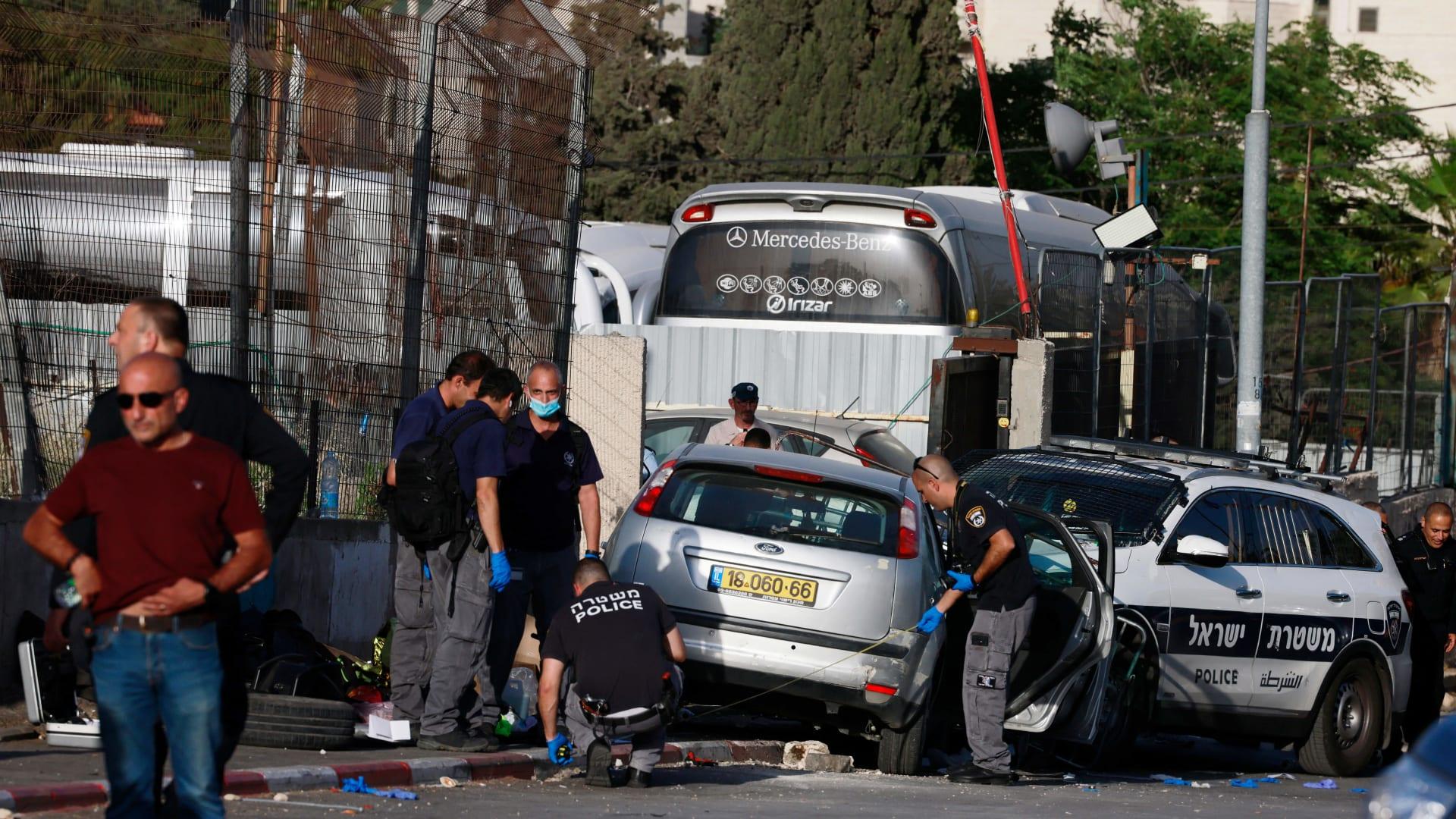 فلسطينيون في غزة يبحثون بين الأنقاض عن ناجين وجثث مع تواصل الضربات الإسرائيلية