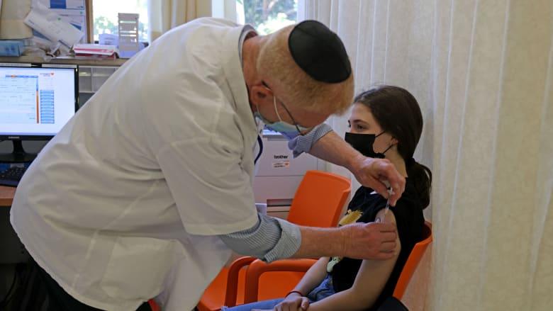 تتلقى مراهقة جرعة من لقاح فايزر في مستشفى Misgav Ladach في القدس في 6 يونيو 2021
