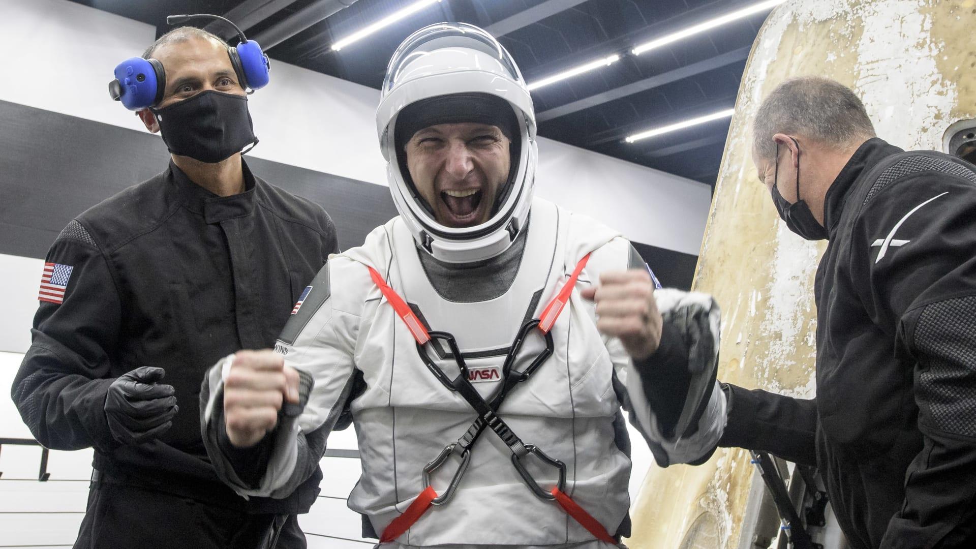 """شاهد.. عودة مركبة """"سبيس إكس"""" إلى الأرض بداخلها 4 رواد فضاء"""