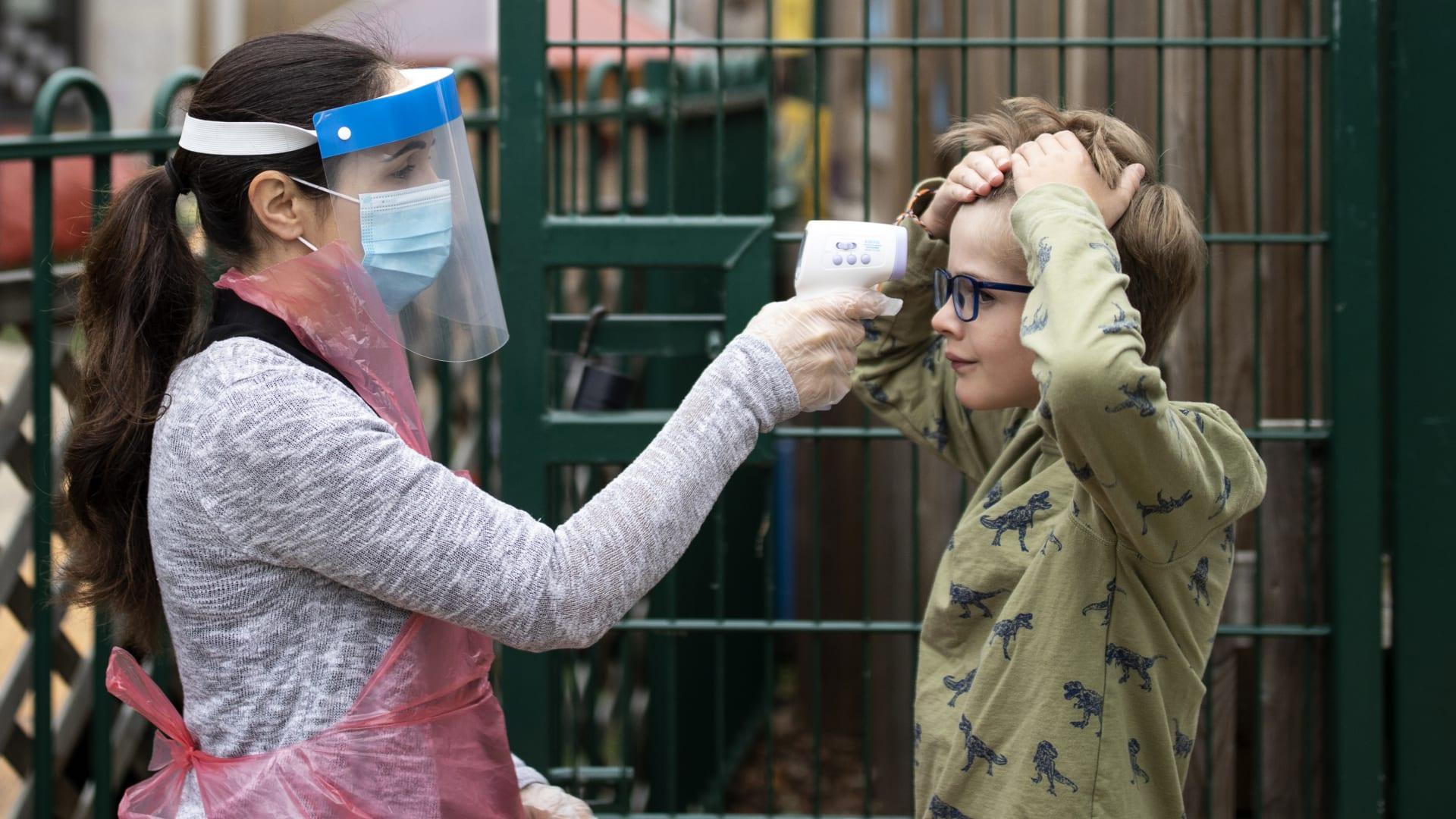 نصائح لمساعدة الأطفال في التكيف مع عودة الوضع الطبيعي بعد جائحة كورونا