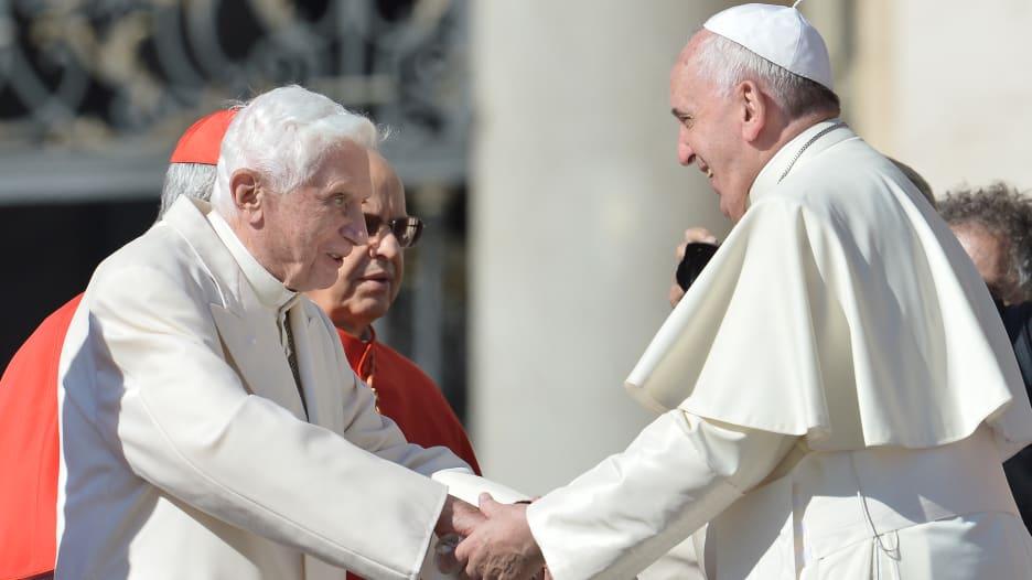 بابا الفاتيكان فرانسيس والبابا الفخري بنديكت يتلقان لقاح كورونا