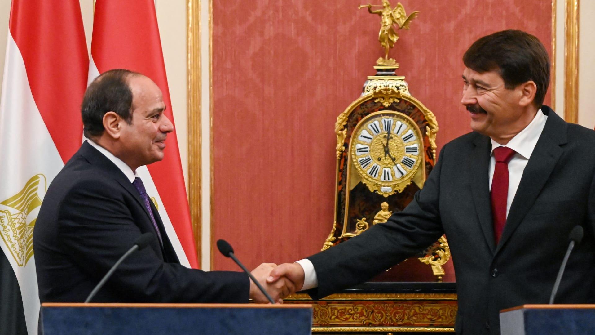 السيسي يصافح الرئيس المجري يانوش أدير في مؤتمر صحفي مشترك بالعاصمة بودابيست