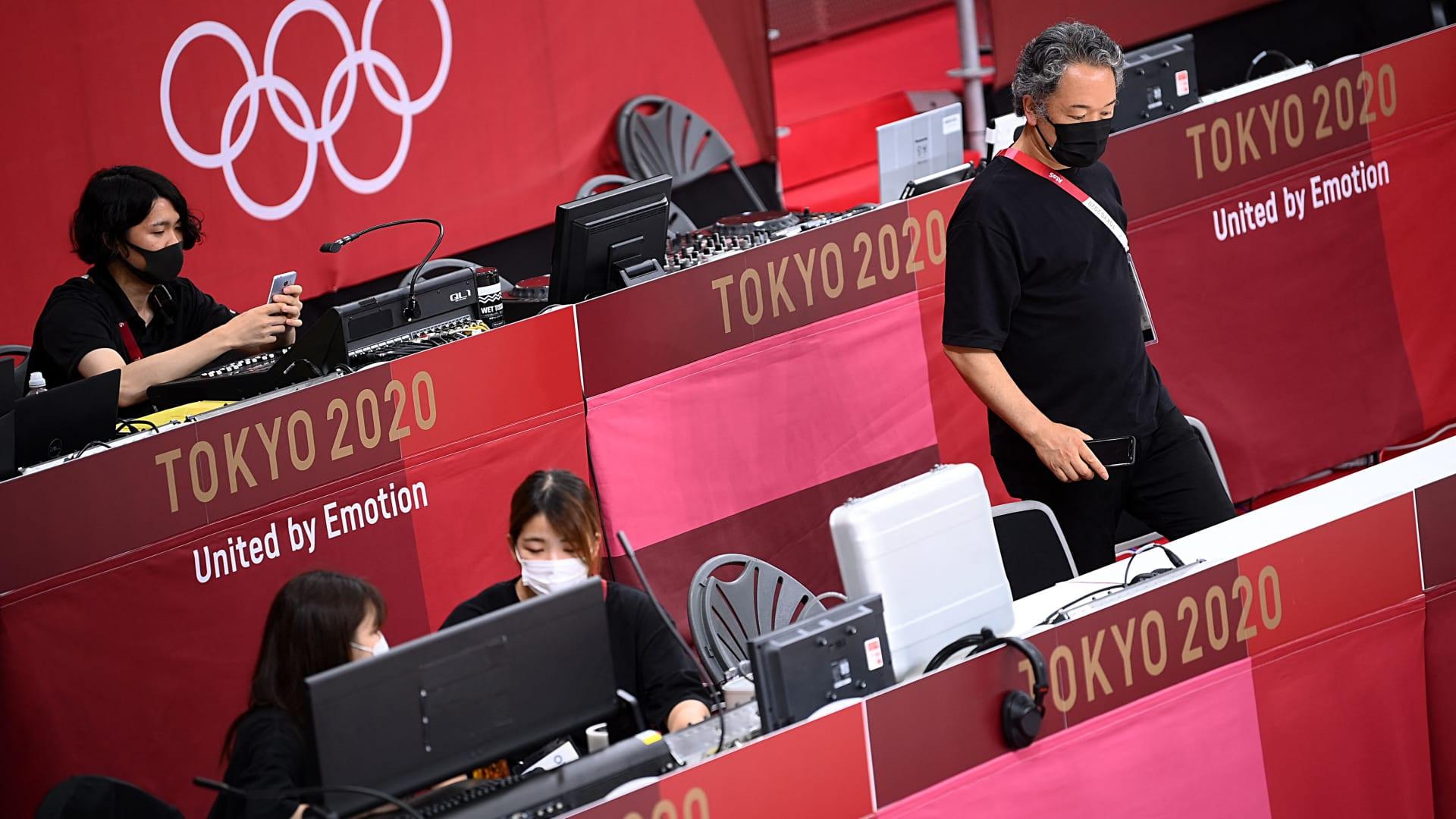 عمل القضاة والمتطوعون والفنيون داخل ملعب نيبون بودوكان لأحداث الجودو والكاراتيه - دورة الألعاب الأولمبية في طوكيو 2020