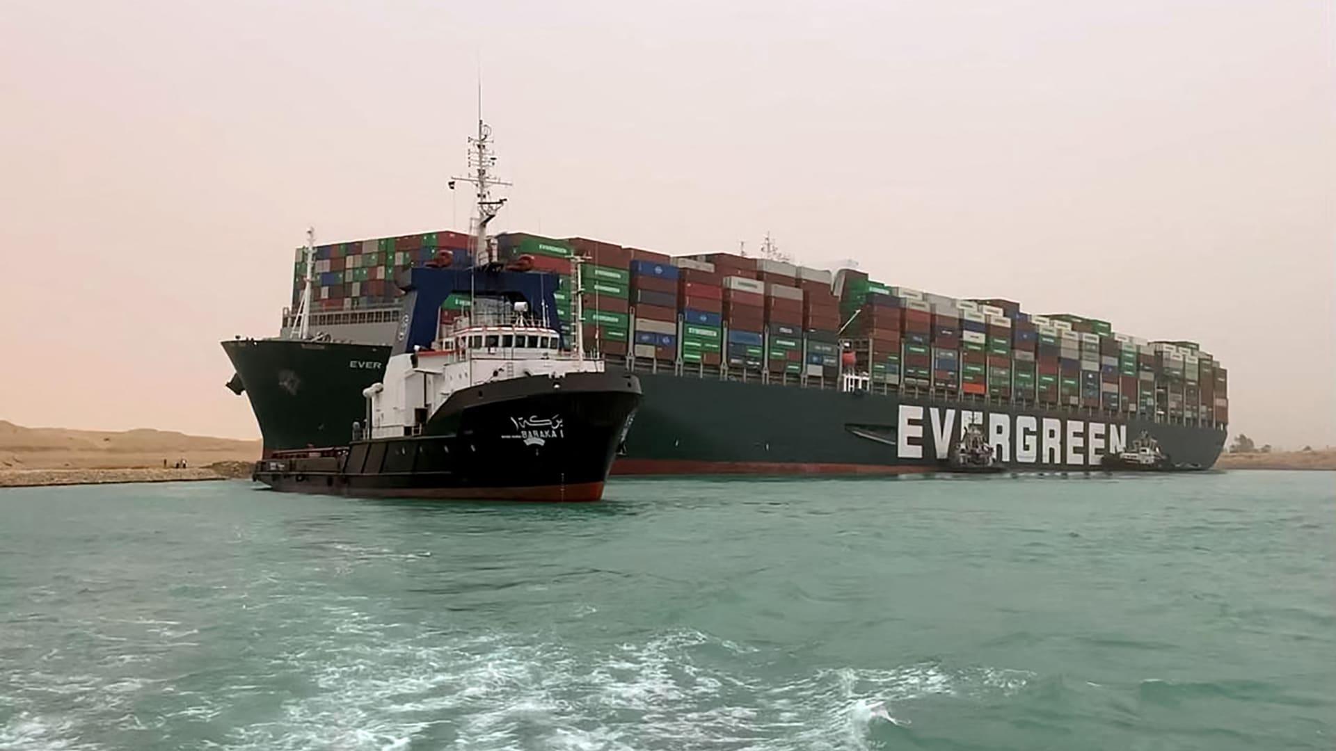 لحظة تحرير السفينة العالقة في قناة السويس تماماً