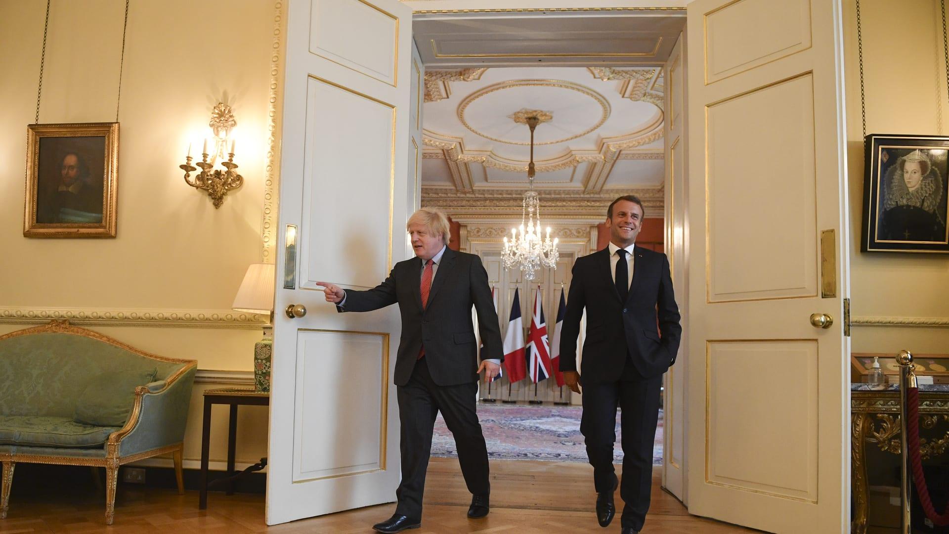 صورة أرشيفية تجمع  رئيس الوزراء البريطاني بوريس جونسون والرئيس الفرنسي إيمانويل ماكرون في مقر الحكومة البريطانية - 18 يونيو 2020