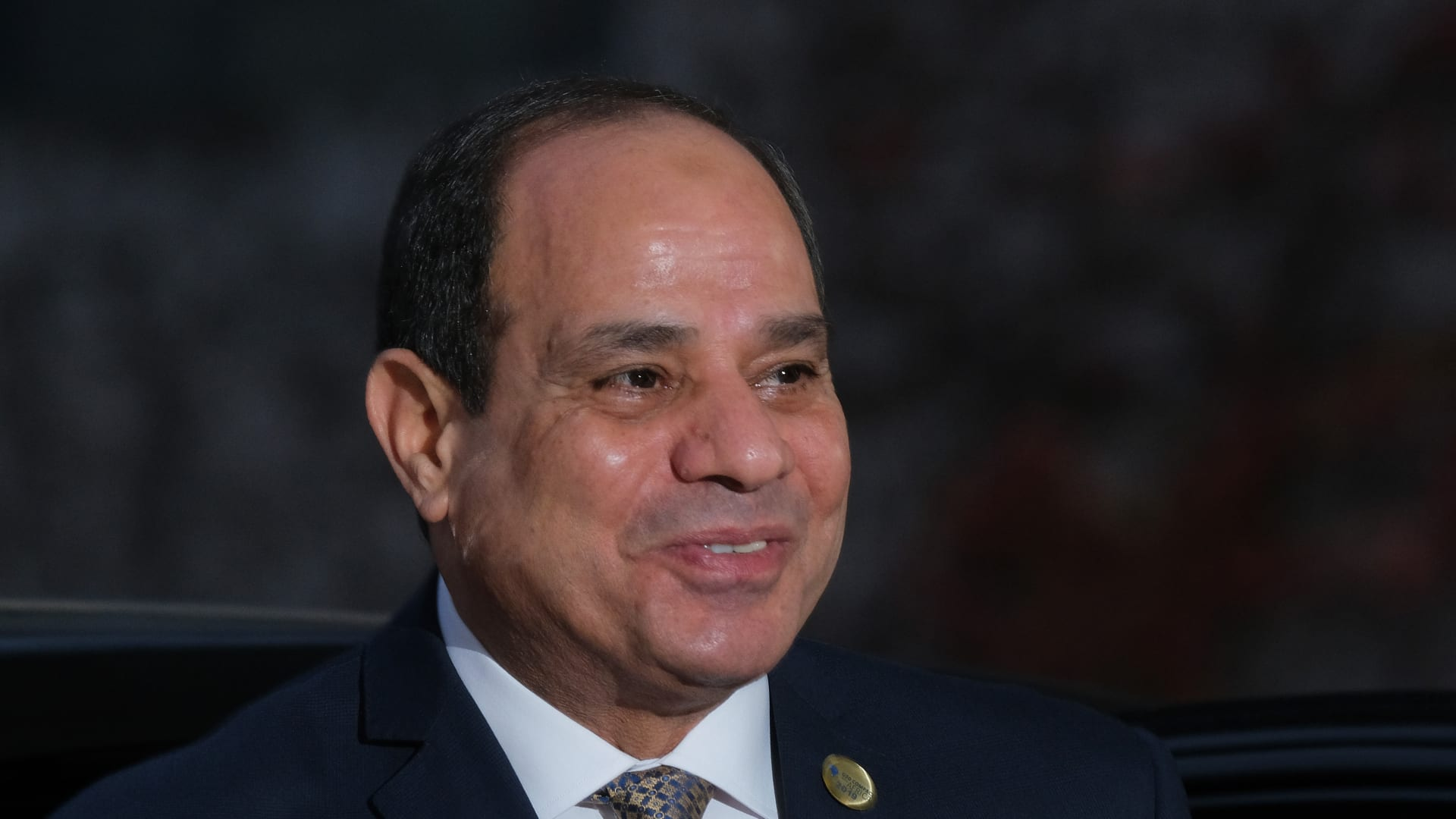 """vمع اشتعال أزمة """"سد النهضة"""".. تداول فيديو للسيسي يتجول على دراجته الهوائية في مصر"""