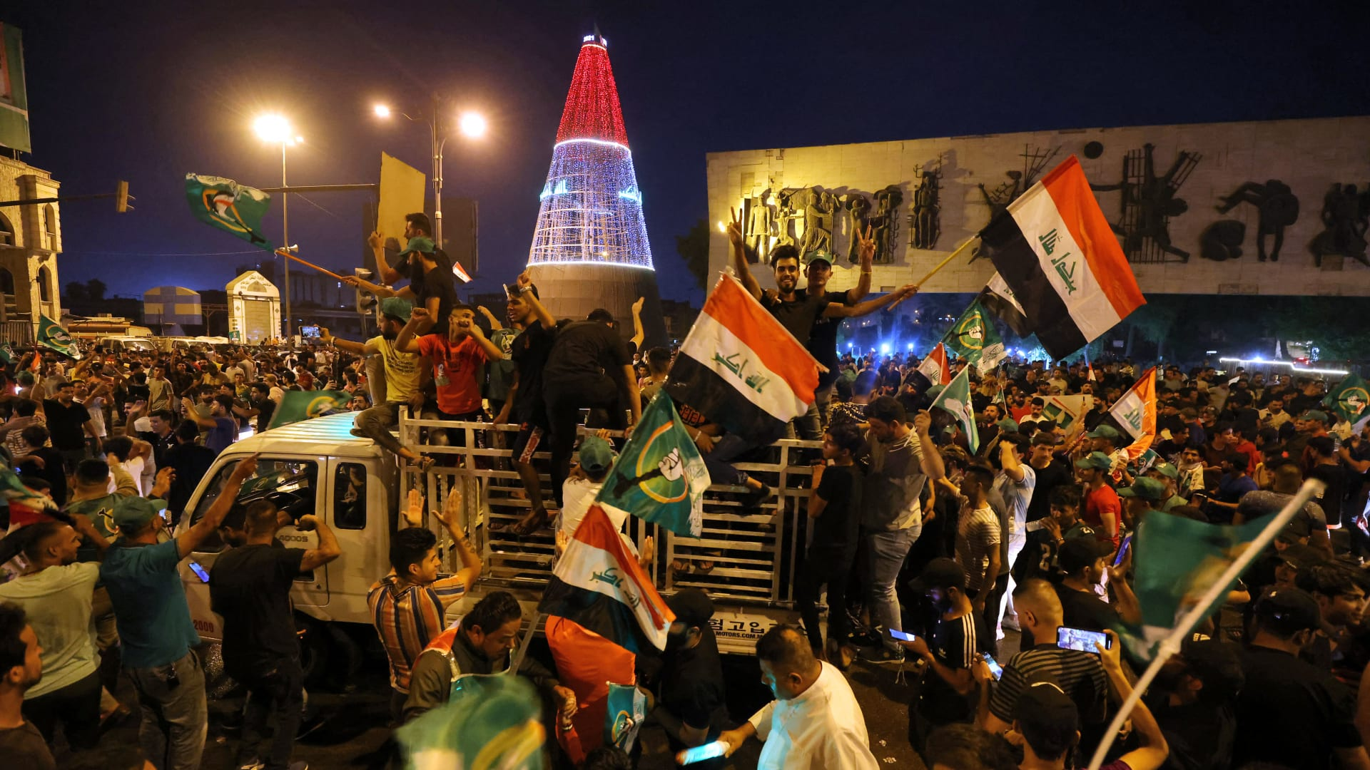 مؤيدون لزعيم التيار الصدري بالعراق يحتفلون بنتائج الانتخابات