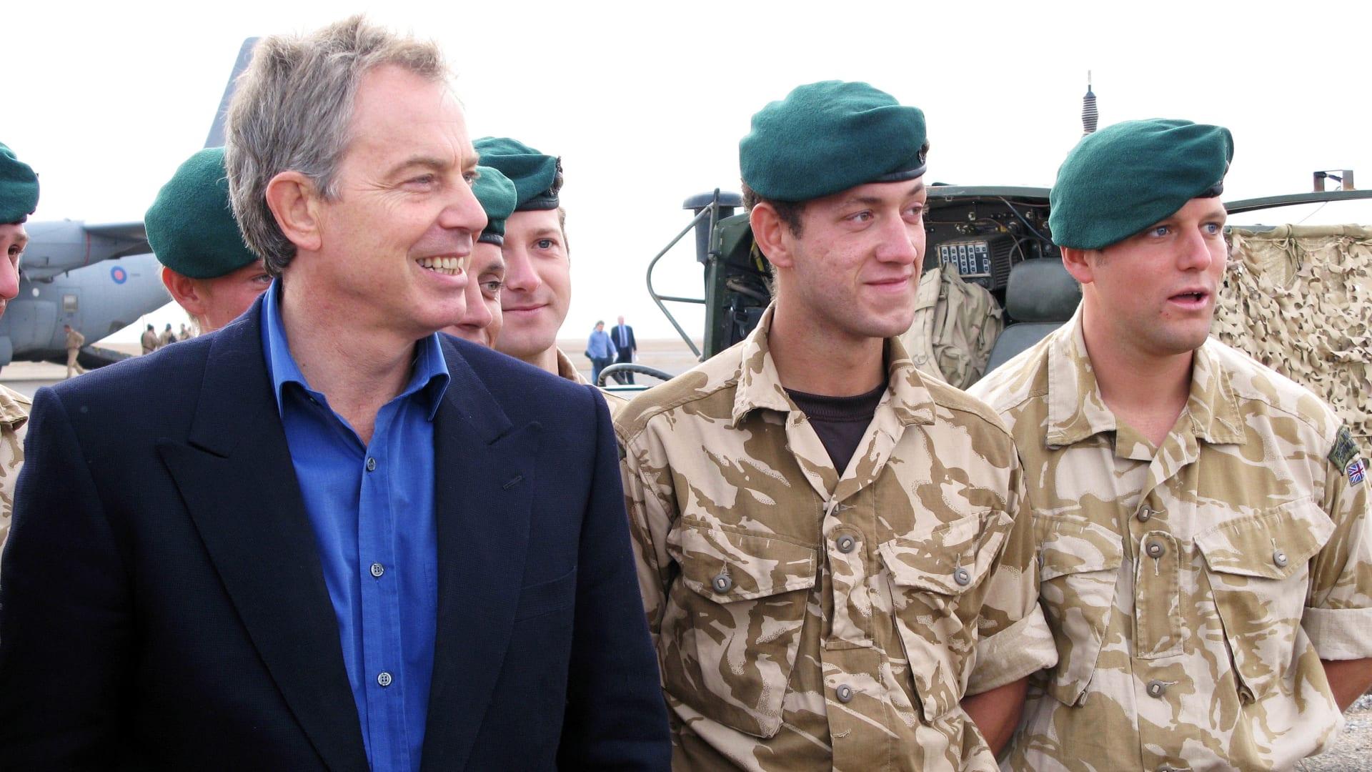 صورة أرشيفية لتوني بلير خلال زيارة القوا البريطانية في أفغانستان