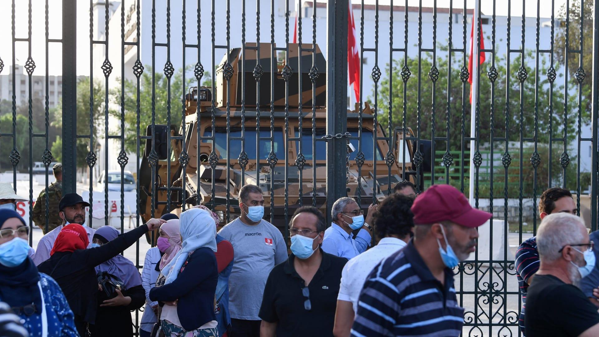 أمام البرلمان التونسي بعد إغلاقه بقرارات قيس بن سعيد