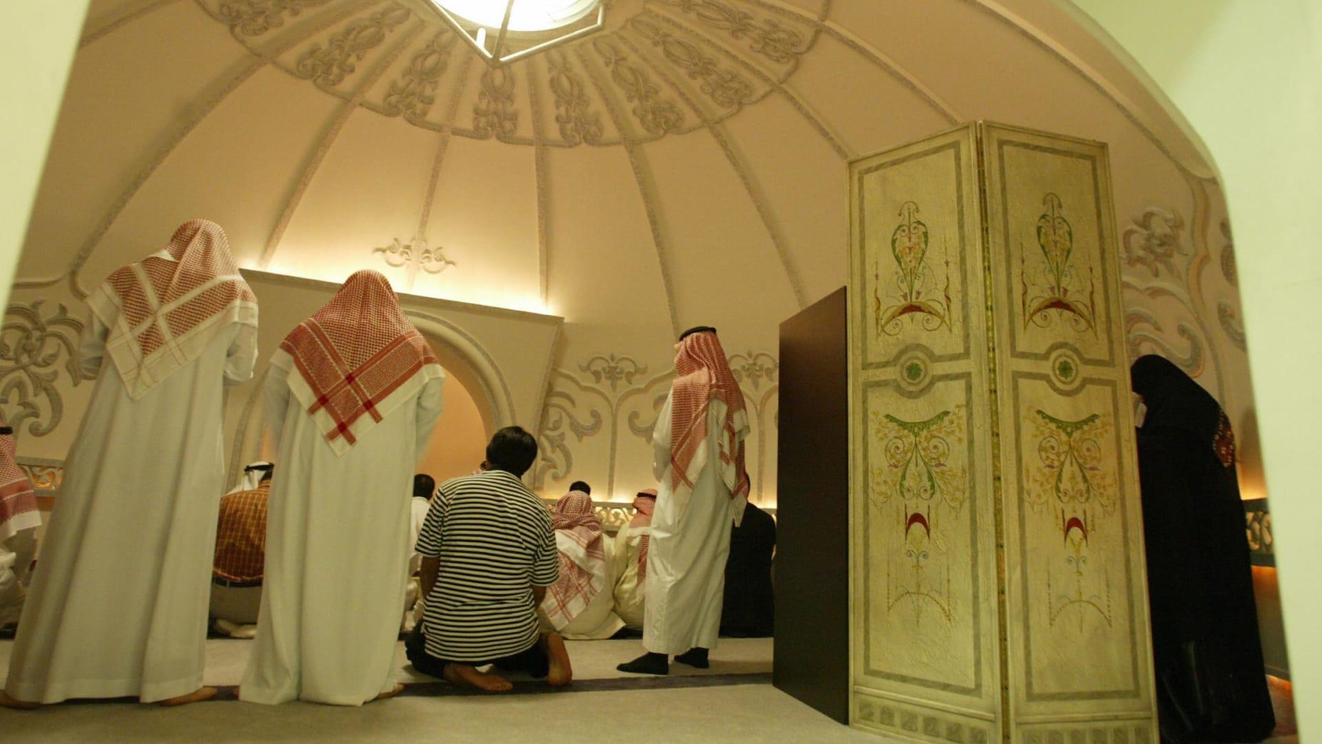 صورة أرشيفية لأشخاص يؤدون الصلاة في السعودية